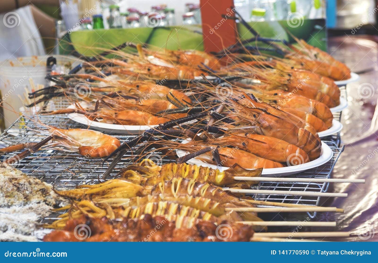Traditioneel overzees voedsel in de straat van Thailand