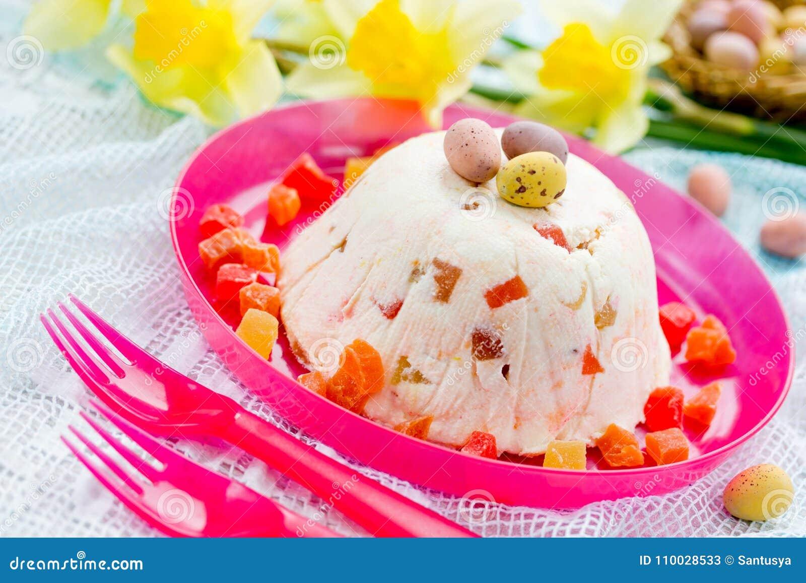 Traditioneel Pasen-quarkdessert met gekonfijte vrucht