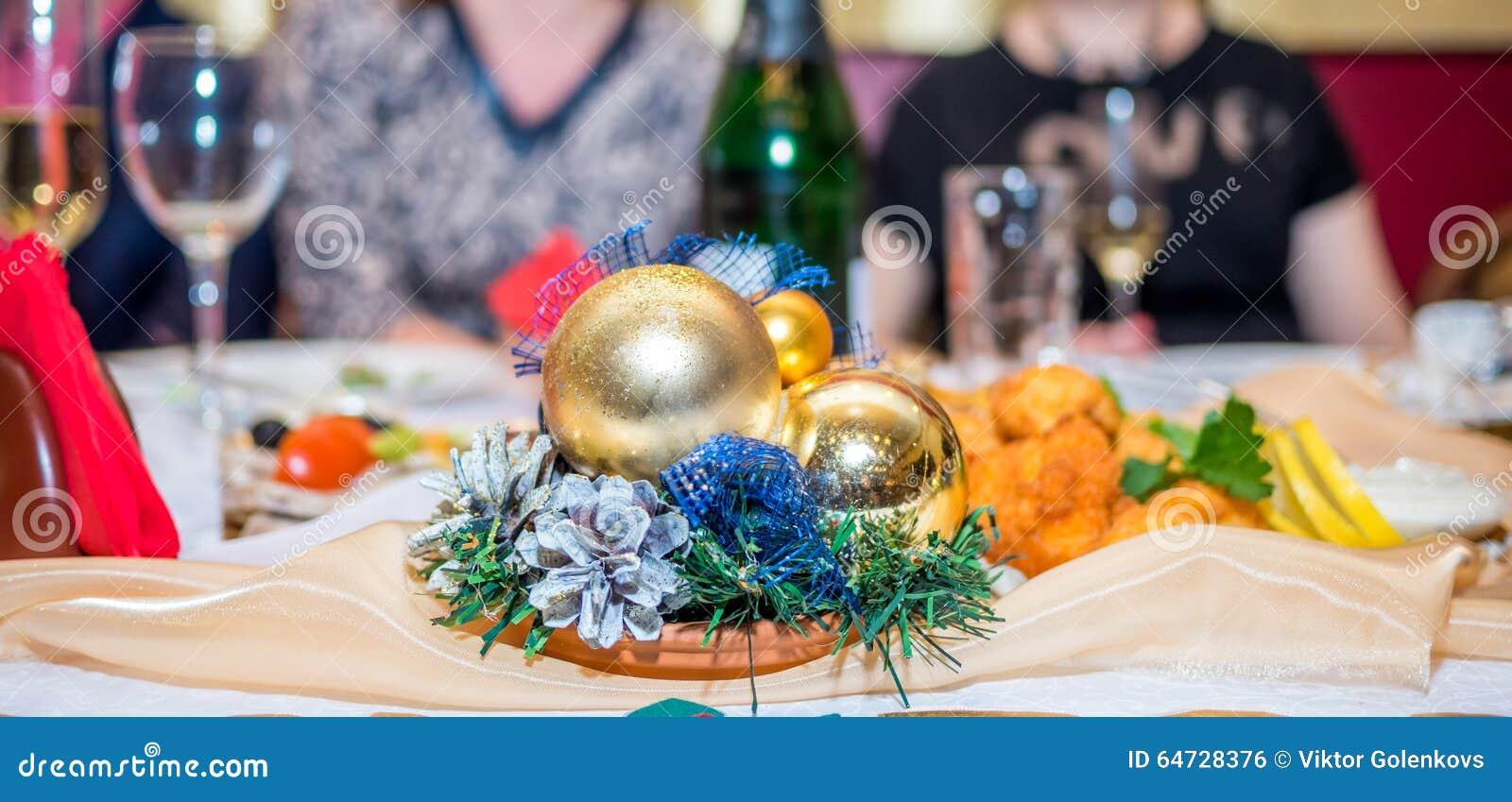 Traditioneel verfraaide Kerstmislijst