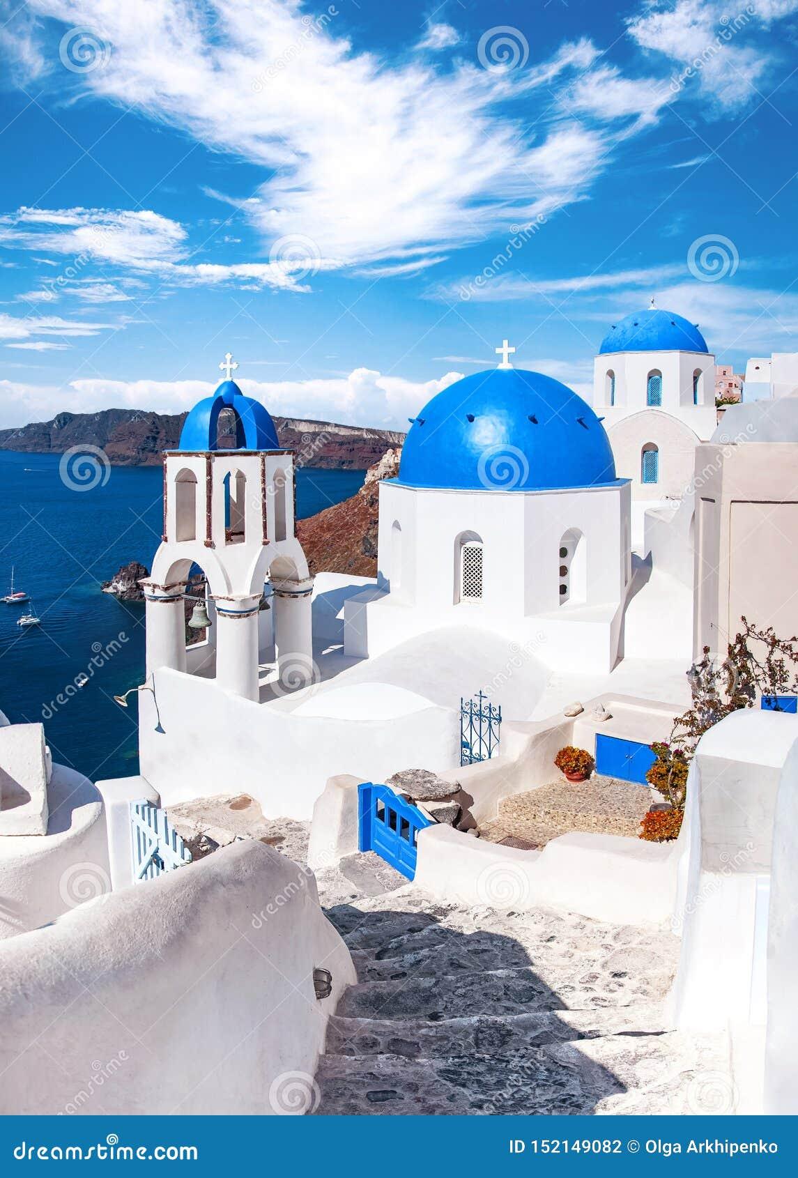 Traditionele en beroemde huizen en kerken met blauwe koepels over de Caldera, Oia, Santorini, het eiland van Griekenland, Egeïsch