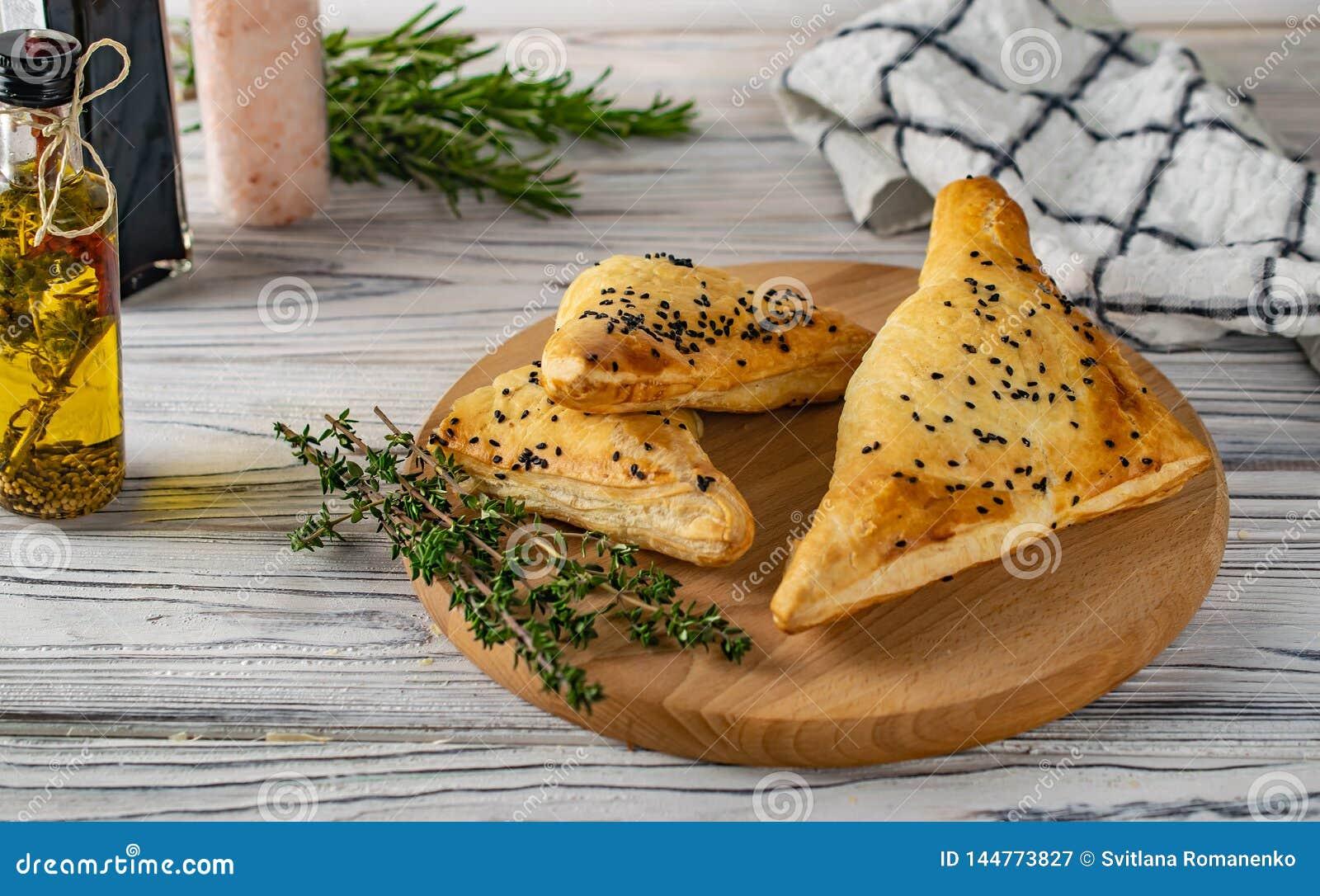 Traditionele Georgische voedselkhachapuri met vlees en kaas