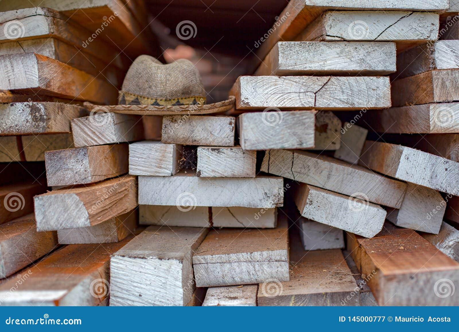 Traditionele hoed over houten planken