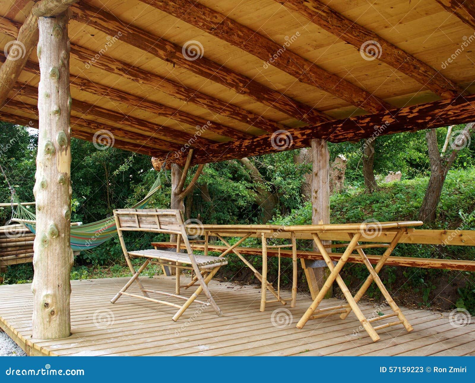 Traditionele houten pergola in een tropische vakantietoevlucht stock