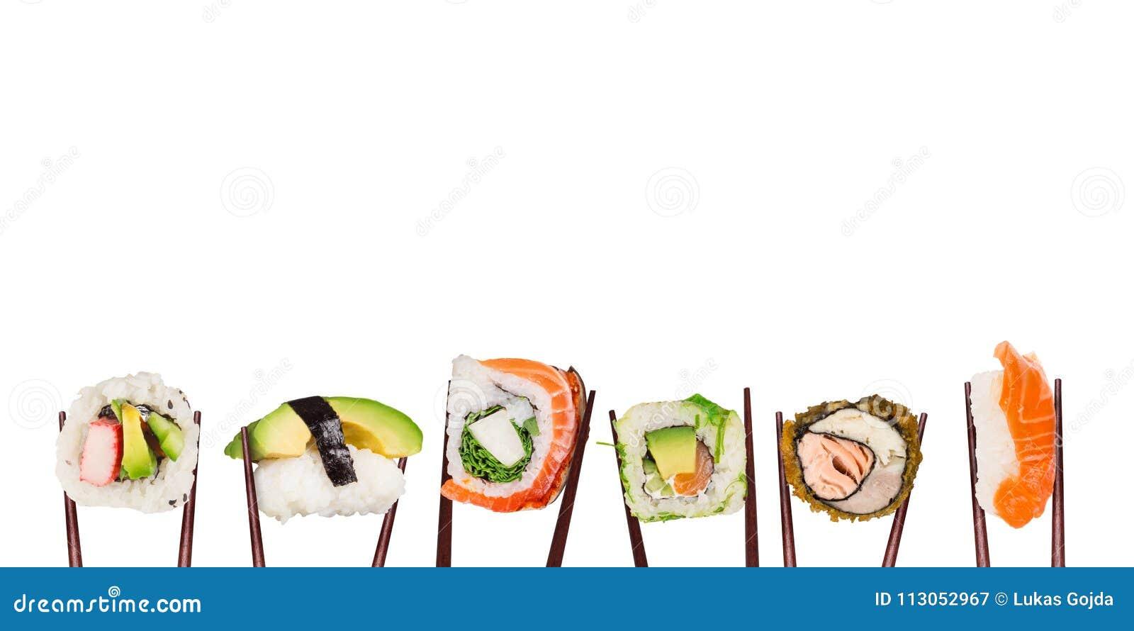 Traditionele Japanse die sushistukken tussen gescheiden eetstokjes, op witte achtergrond worden geplaatst