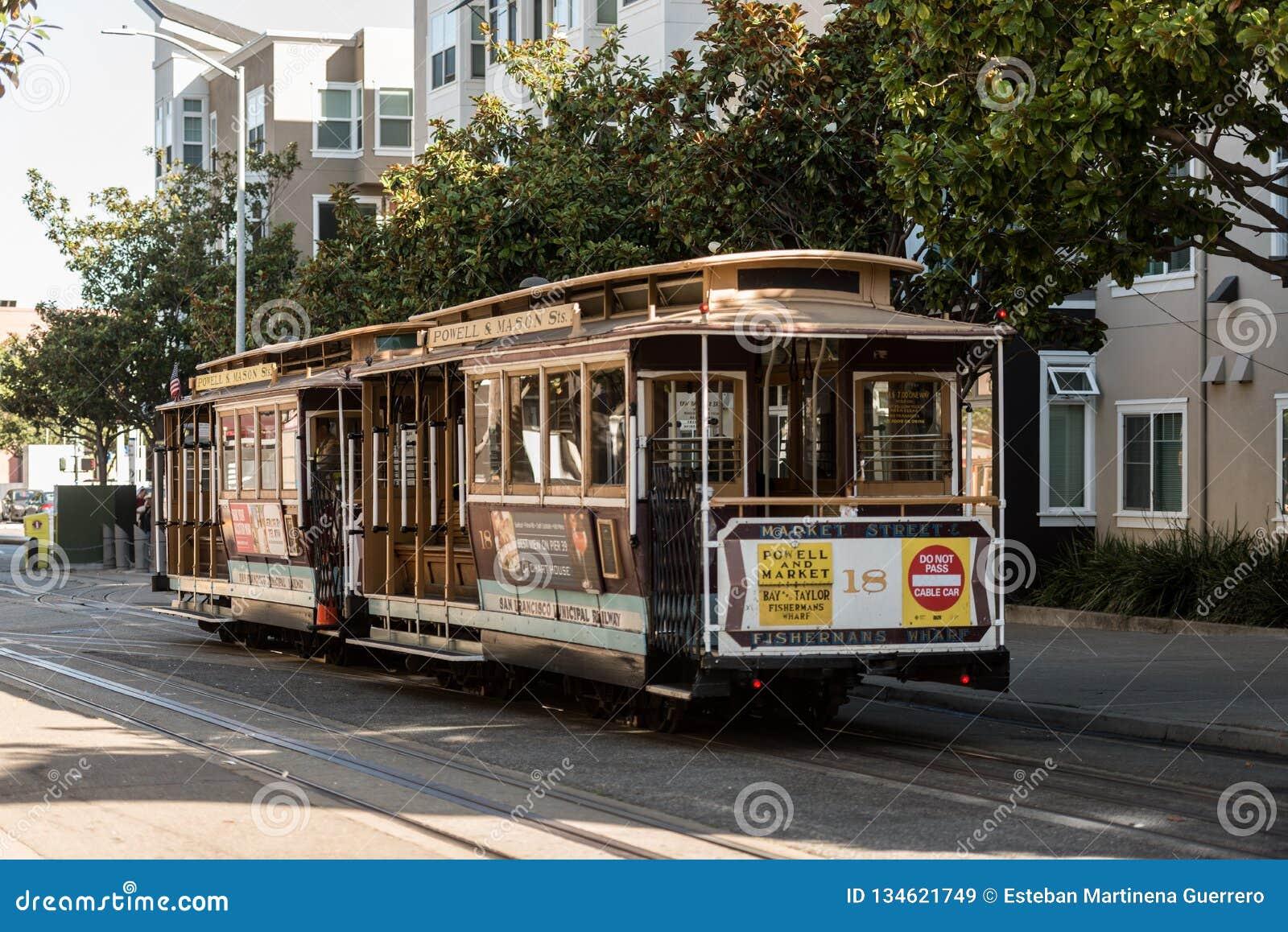 Traditionele kabelwagen op de straten van San Francisco