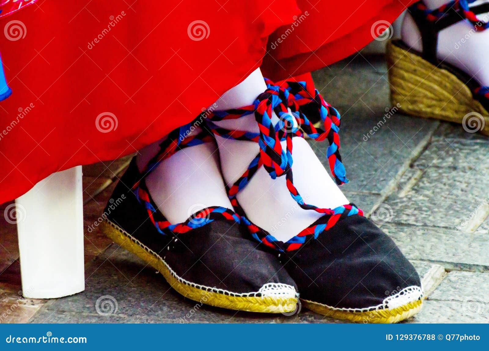 Traditionele kleurrijke schoenen voor volkskostuums in Spanje, danssho