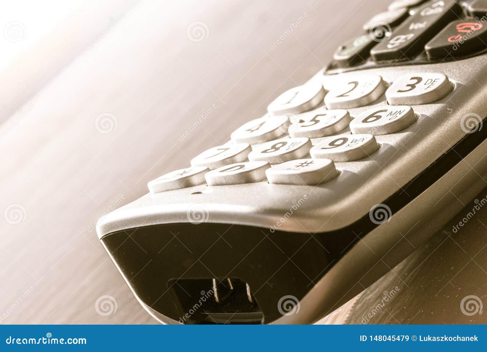 Traditionele landline telefoon op houten bureauachtergrond
