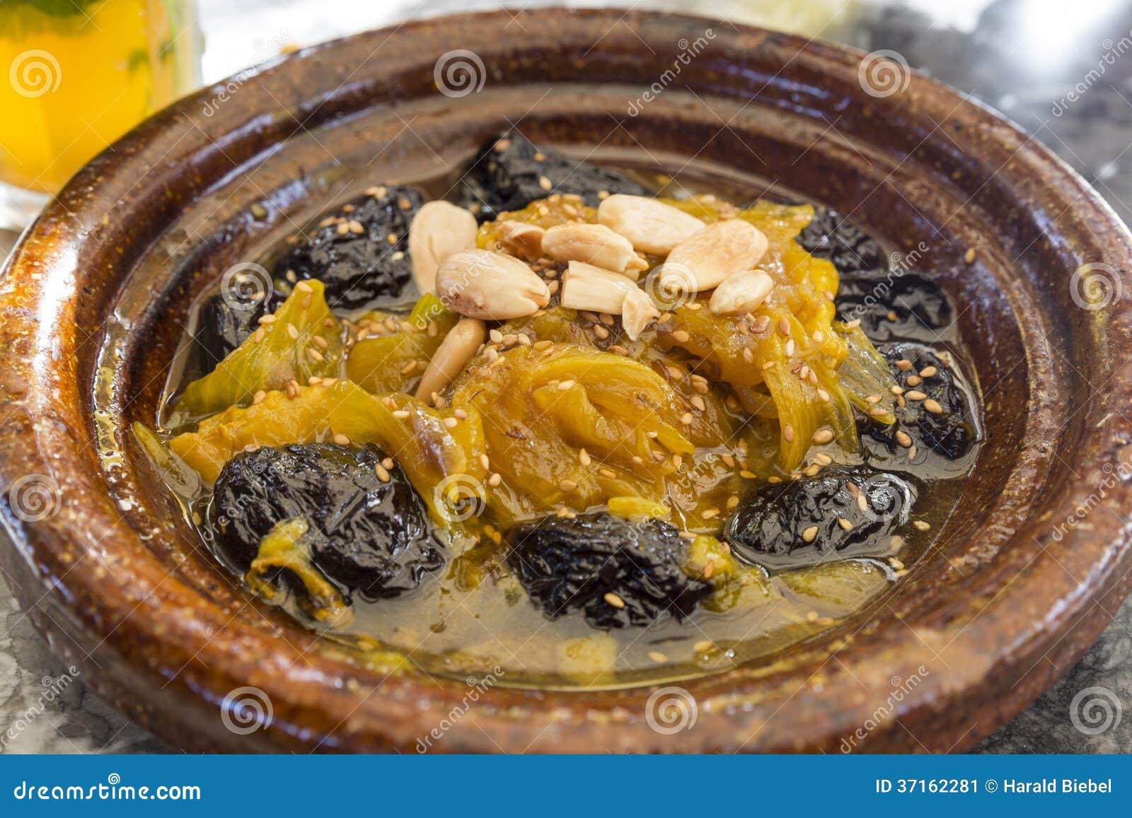 Traditionele marokkaanse tajine met lam en groenten stock ...