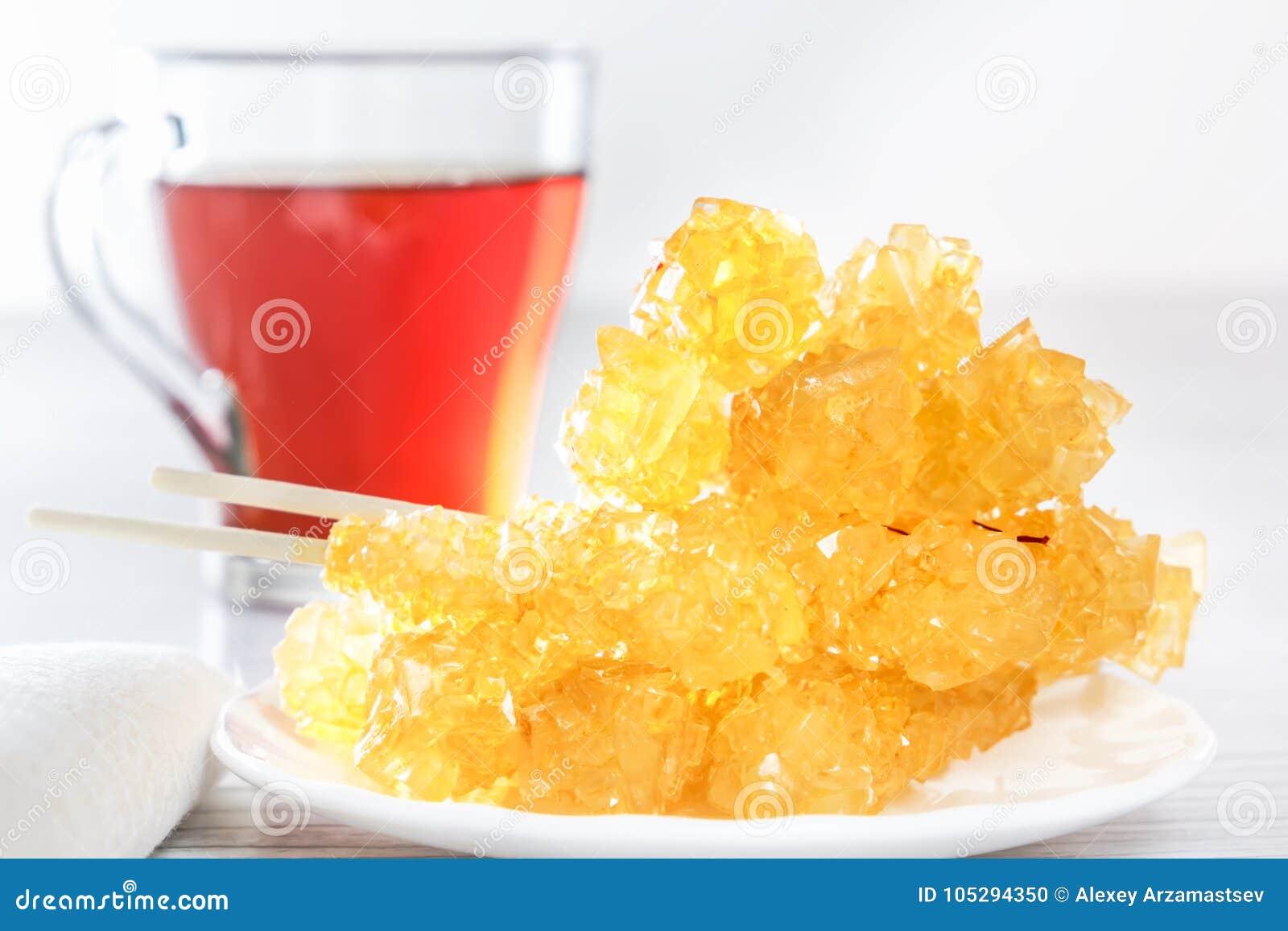 Traditionele oosterse snoepjes nabat - gekristalliseerde suiker met thee Dessert van het Middenoosten en het Aziatische