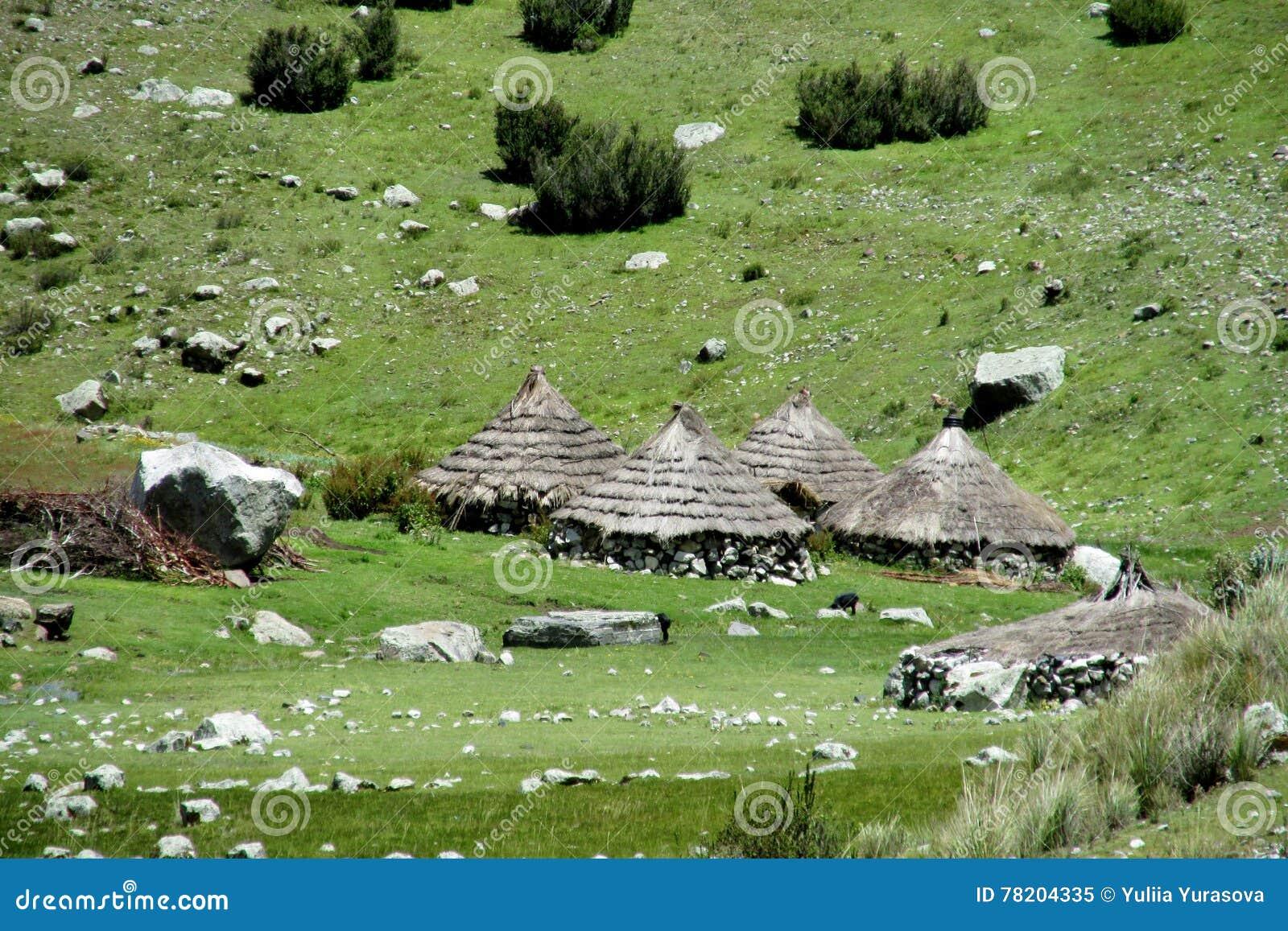 Traditionele quechua dorpshuizen met kegelstrodak