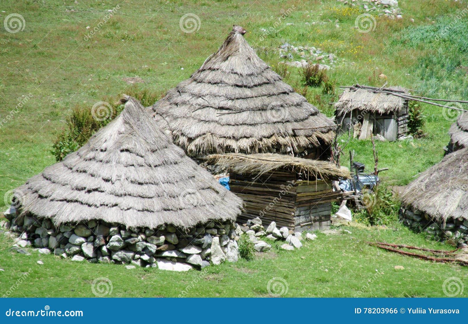 Traditionele quechua huizen in de bergen