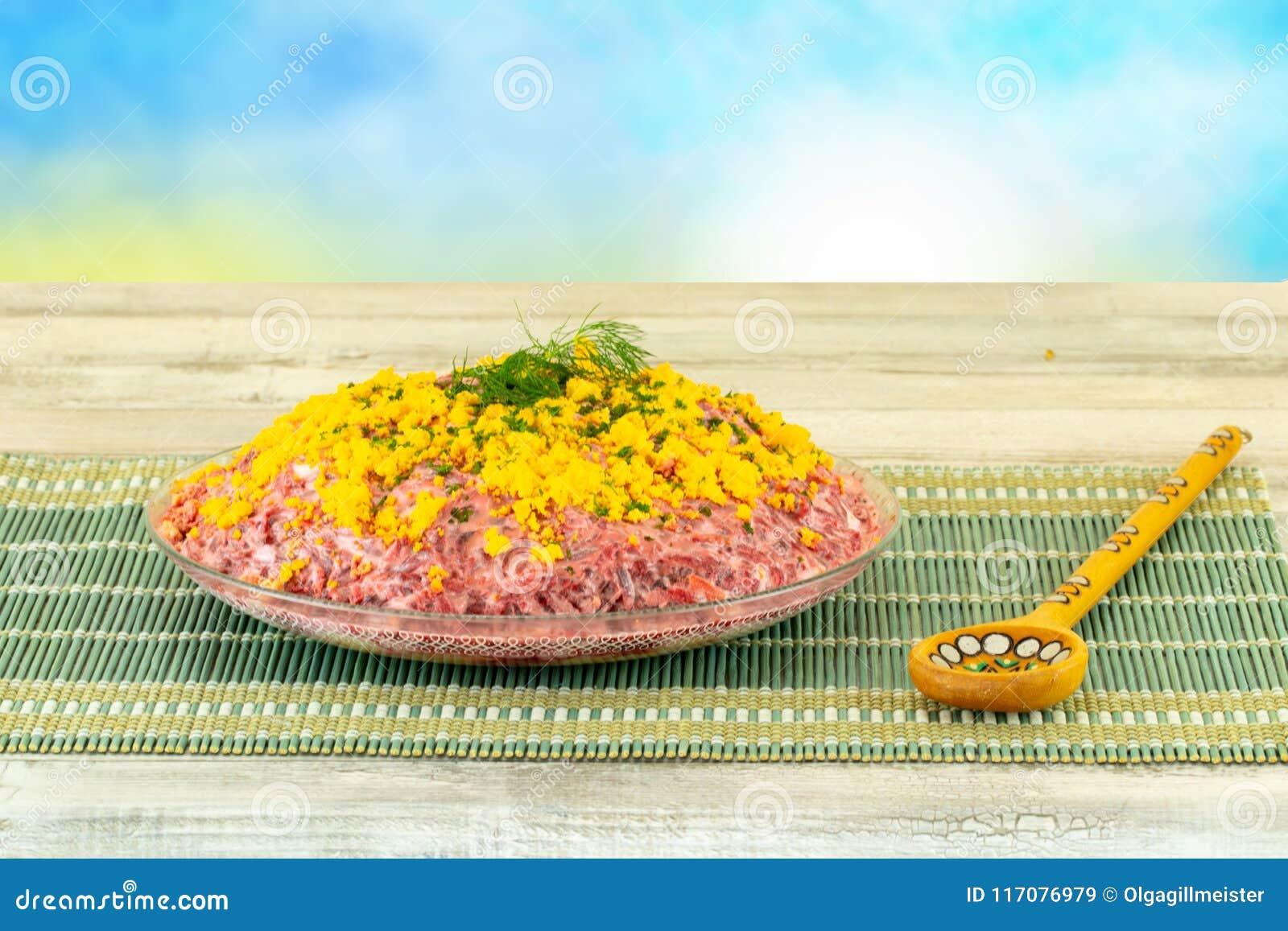 Traditionele Russische gelaagde die salade haringen onder een bontjas wordt genoemd