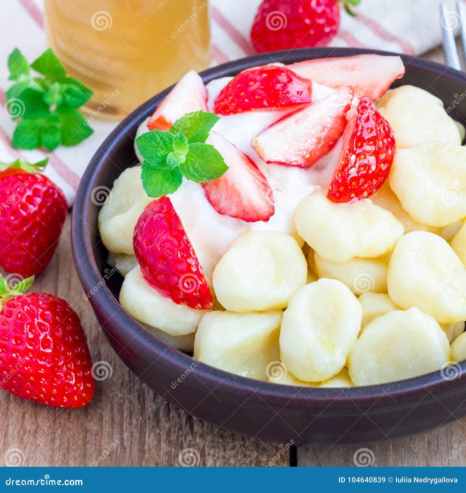 Download Traditionele Russische, Oekraïense Kwark & X22; Lazy& X22; Bollen Met Yoghurt, Honing En Aardbei, Vierkant Formaat Worden Gediend Stock Afbeelding - Afbeelding bestaande uit schotel, dieet: 104640839
