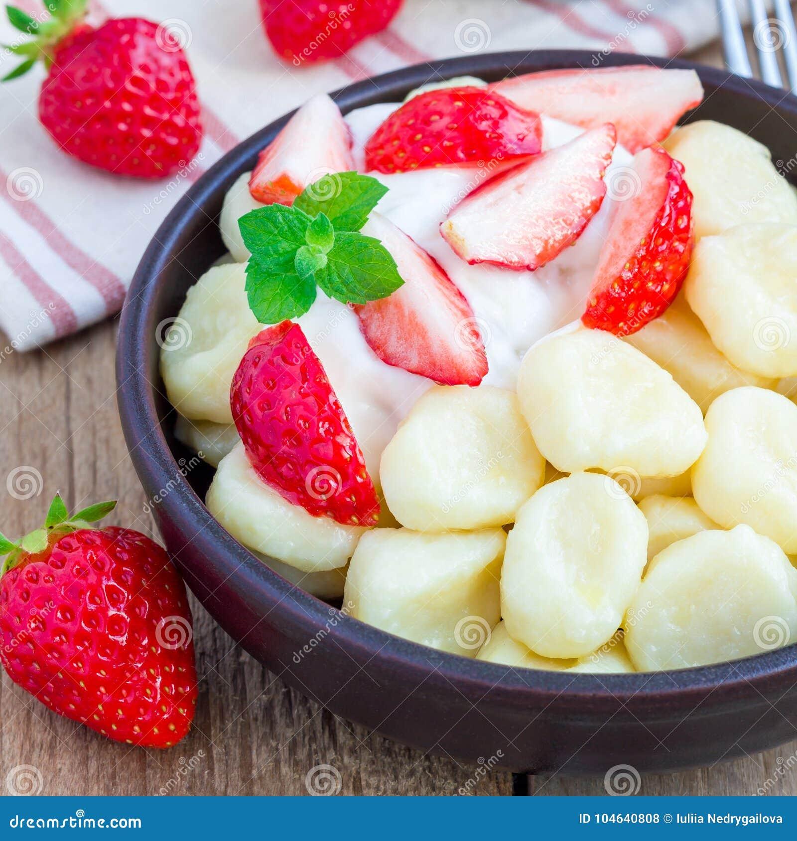 Download Traditionele Russische, Oekraïense Kwark & X22; Lazy& X22; Bollen Met Yoghurt, Honing En Aardbei, Vierkant Worden Gediend Dat Stock Foto - Afbeelding bestaande uit schotel, voedsel: 104640808