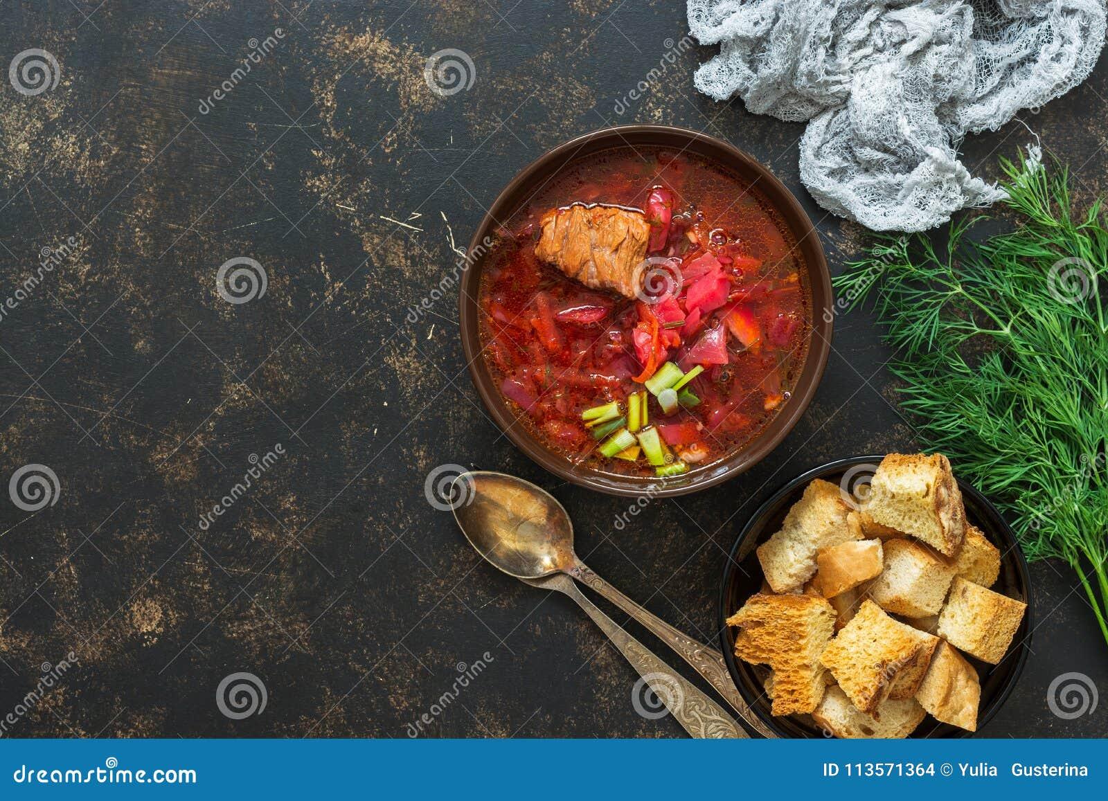Traditionele Russische Oekraïense soep borscht op rustieke bruine achtergrond, hoogste mening, plaats voor tekst