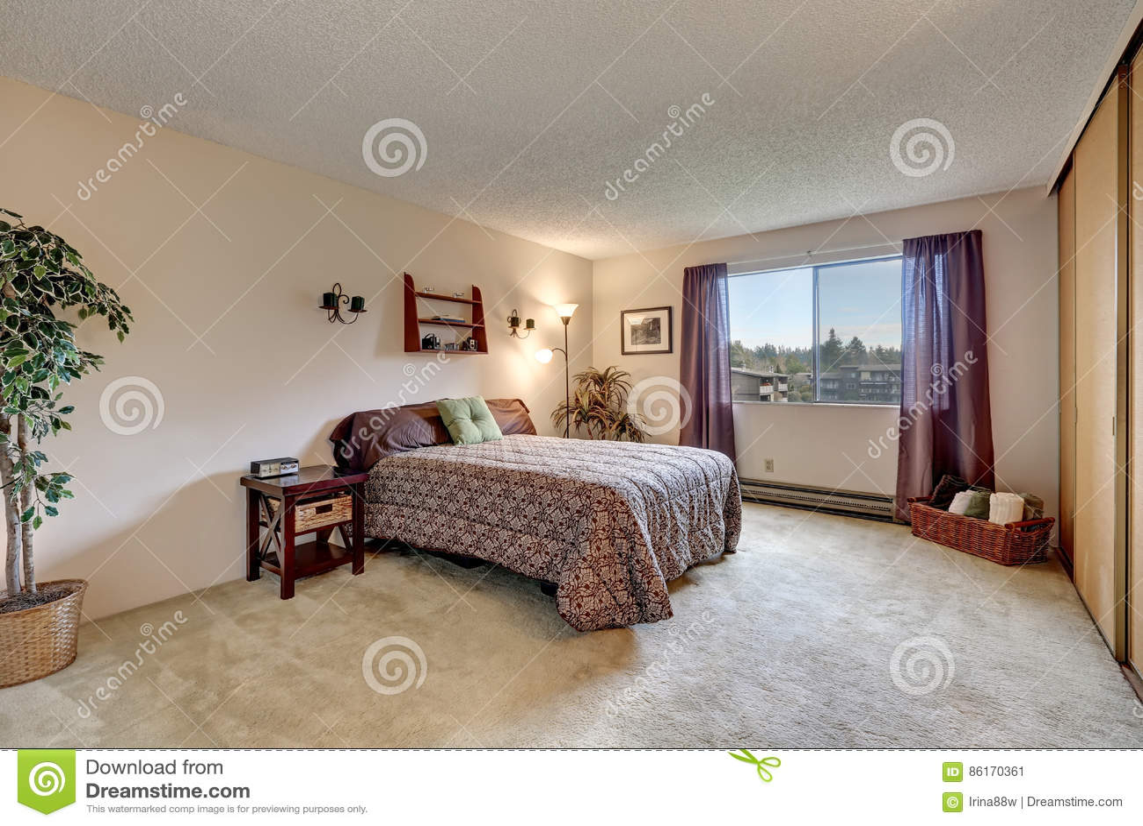 Traditionele slaapkamer met de warme beige kleur van de murenverf