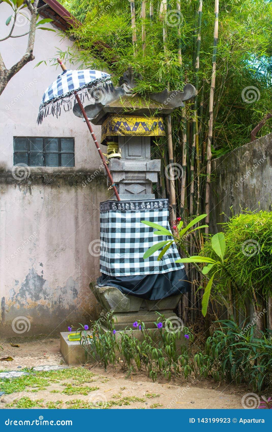 Traditionele Tempelafwijking met de Zwart-witte Stof van het Controleurspatroon en onder Paraplu en Bamboeboom