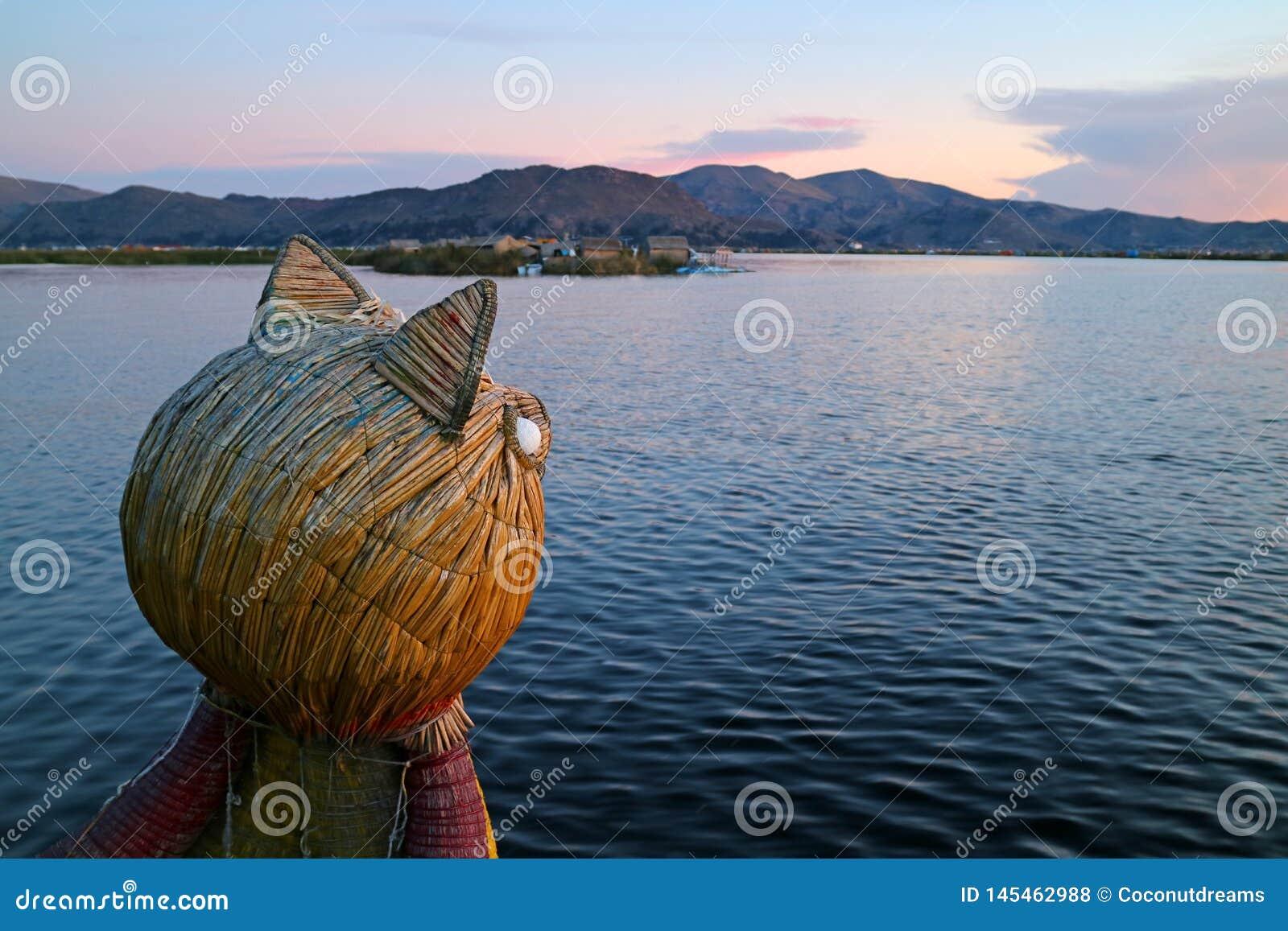 Traditionele Totora Reed Boat met Poema Hoofdboeg tegen Meer Titicaca bij Zonsondergang, Puno, Peru