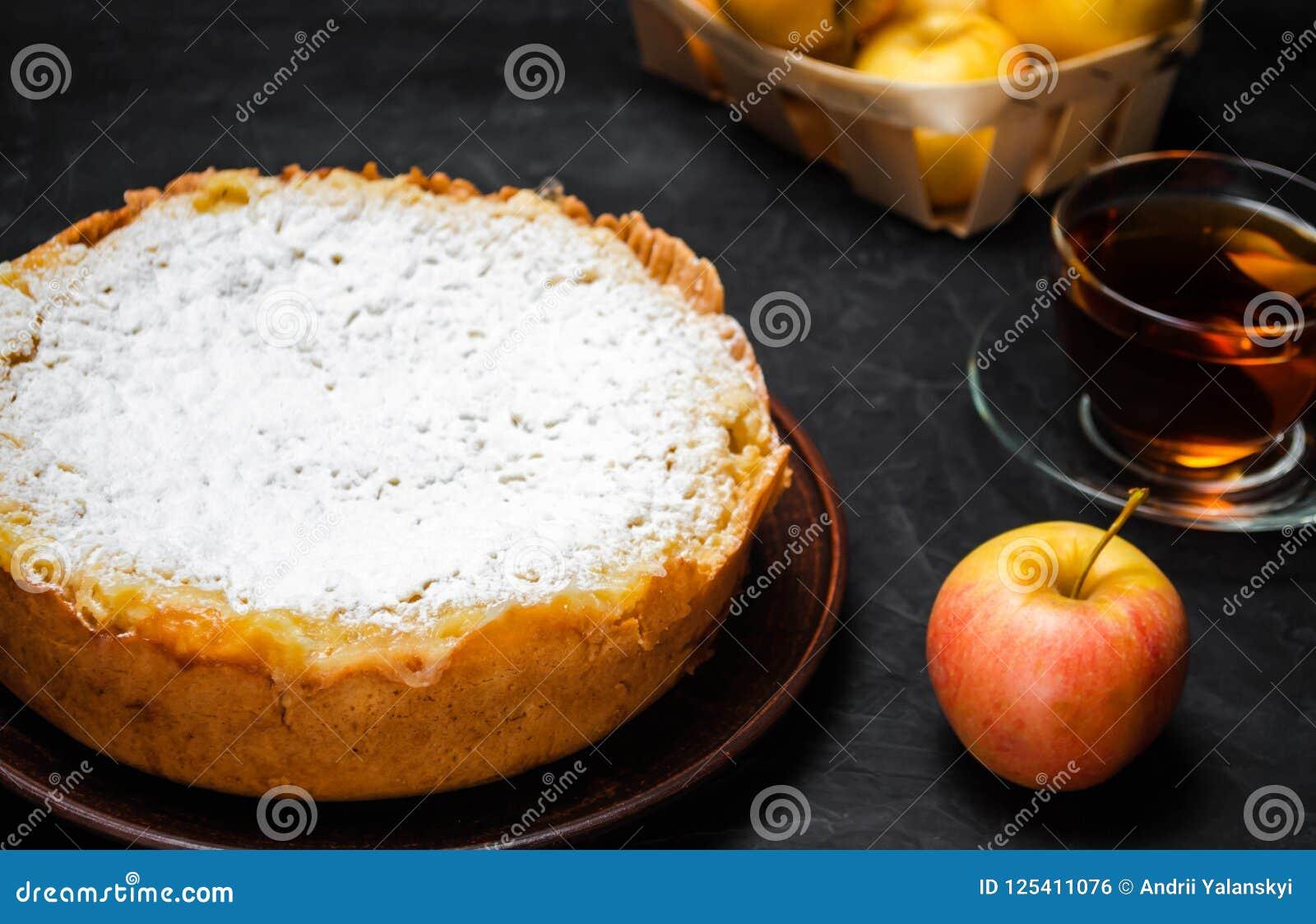Traditionell äppelpaj med vaniljvaniljsås Polska Charlotte en favorit- brittisk efterrätt Hemlagade bakelser för te höstdesse
