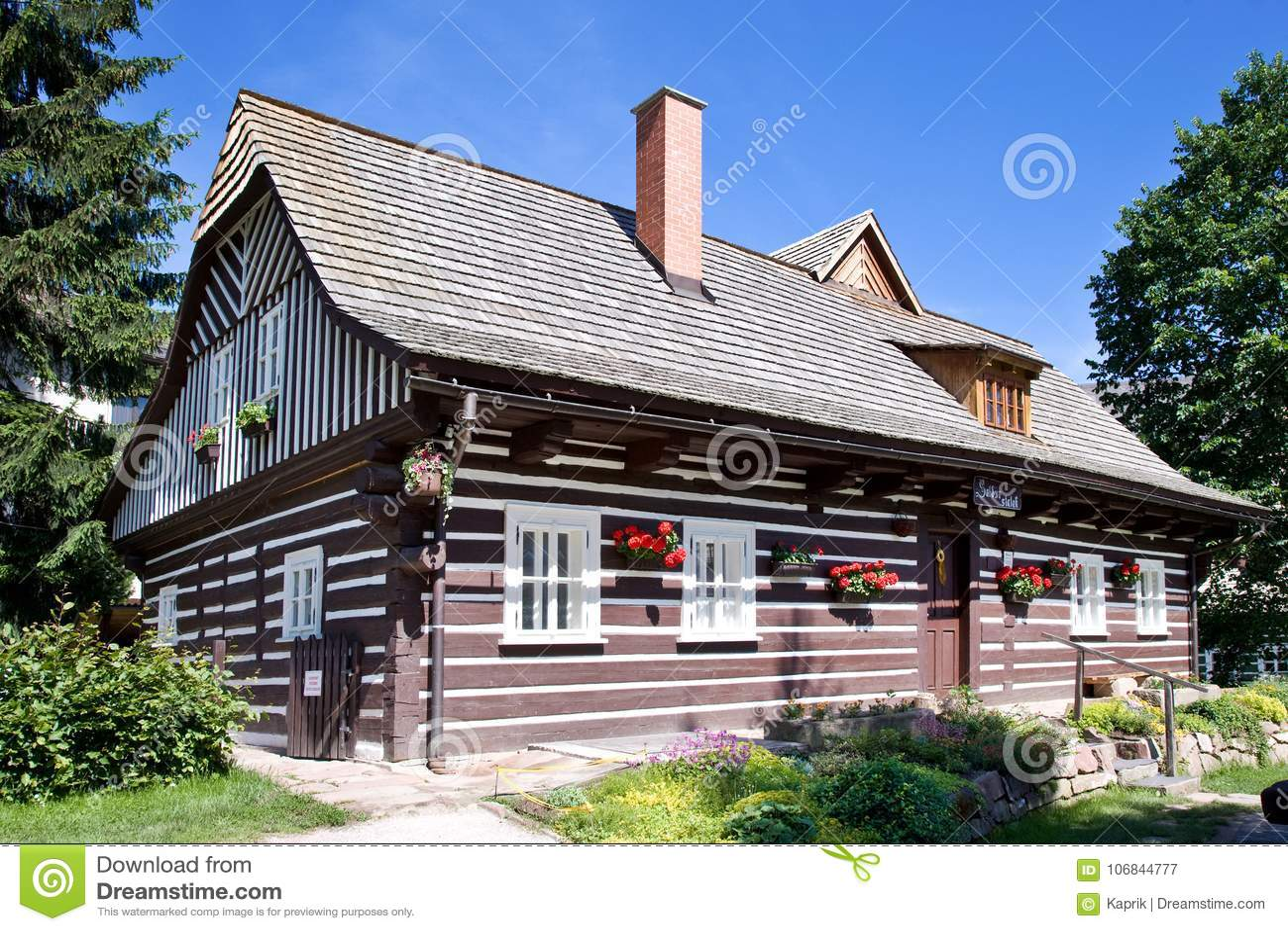 Traditionell arkitektur från 1788 i den nyfikna gataZvedava ulickaen, Jilemnice, Krkonose berg, Tjeckien Skyddade a