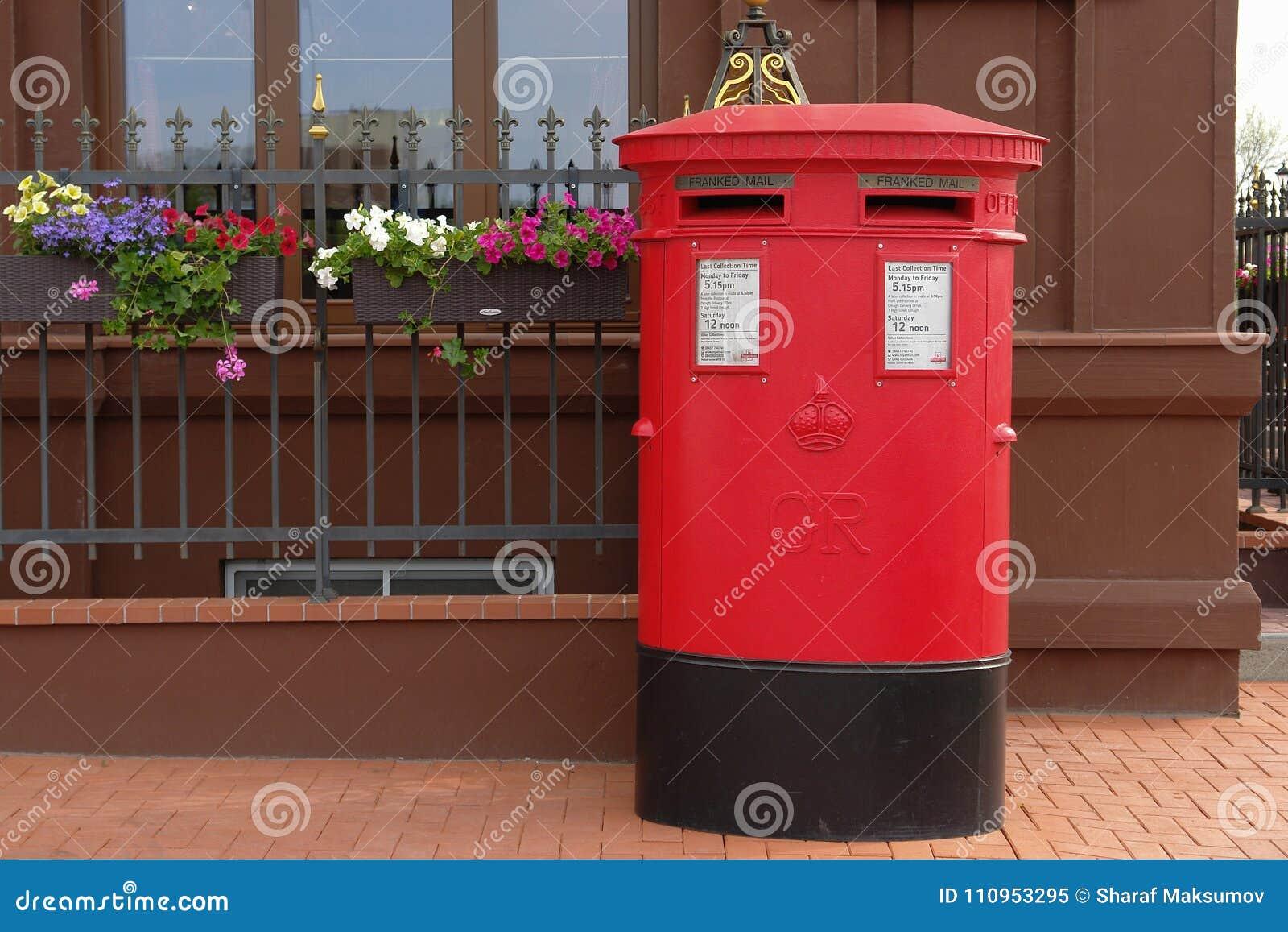 Traditionell brittisk röd stolpeask på gatan