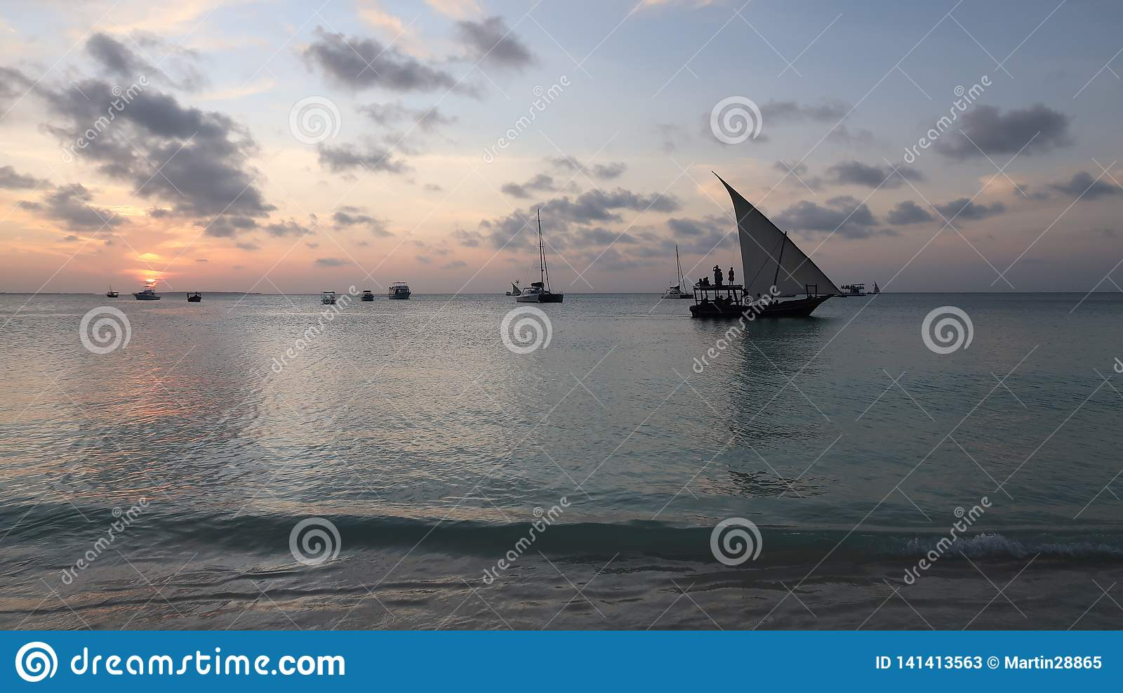 Traditionell Dhow på solnedgången i Zanzibar Tanzania