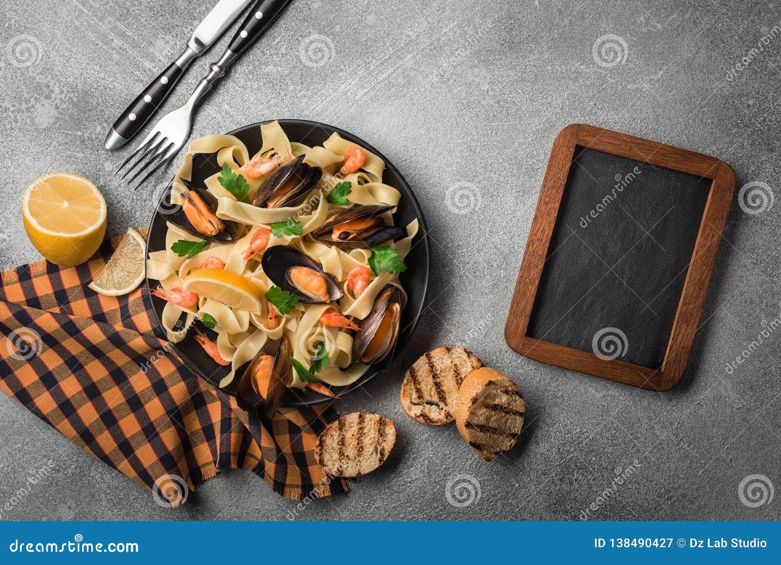 Traditionell italiensk havs- pasta med musslaspagettialle Vongole på stenbakgrund