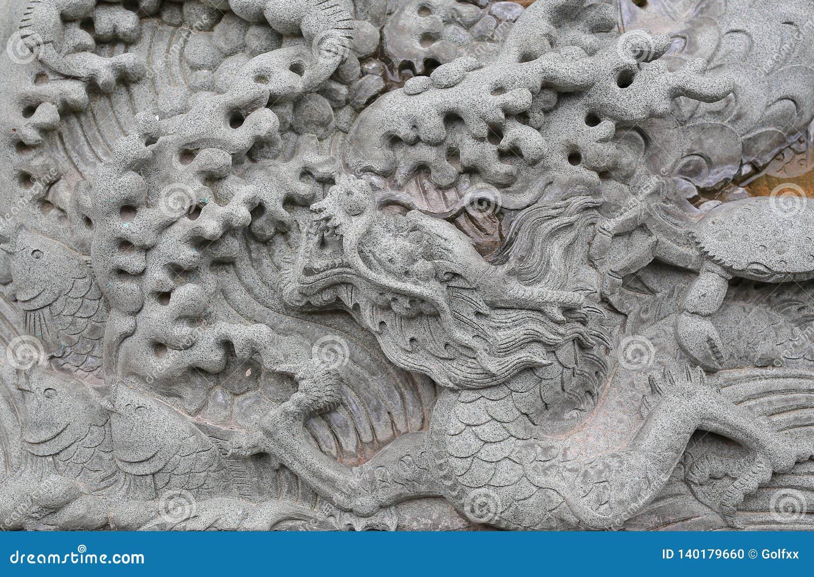 Traditionell kinesisk drakesten som snidas på visat i kinesisk tempel i Thailand