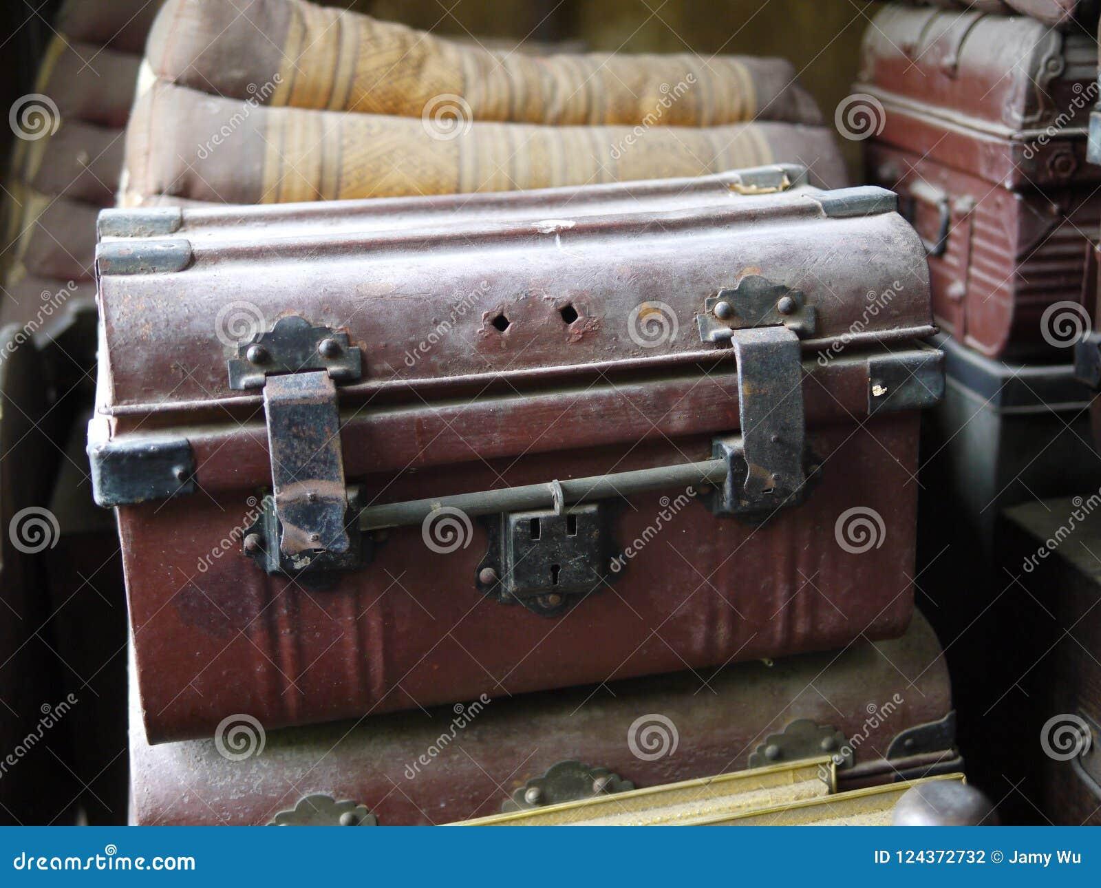 Traditionell kunglig kista med mörker - röd brunt och svart belägger med metall avslutning, över årtionden genom att använda till