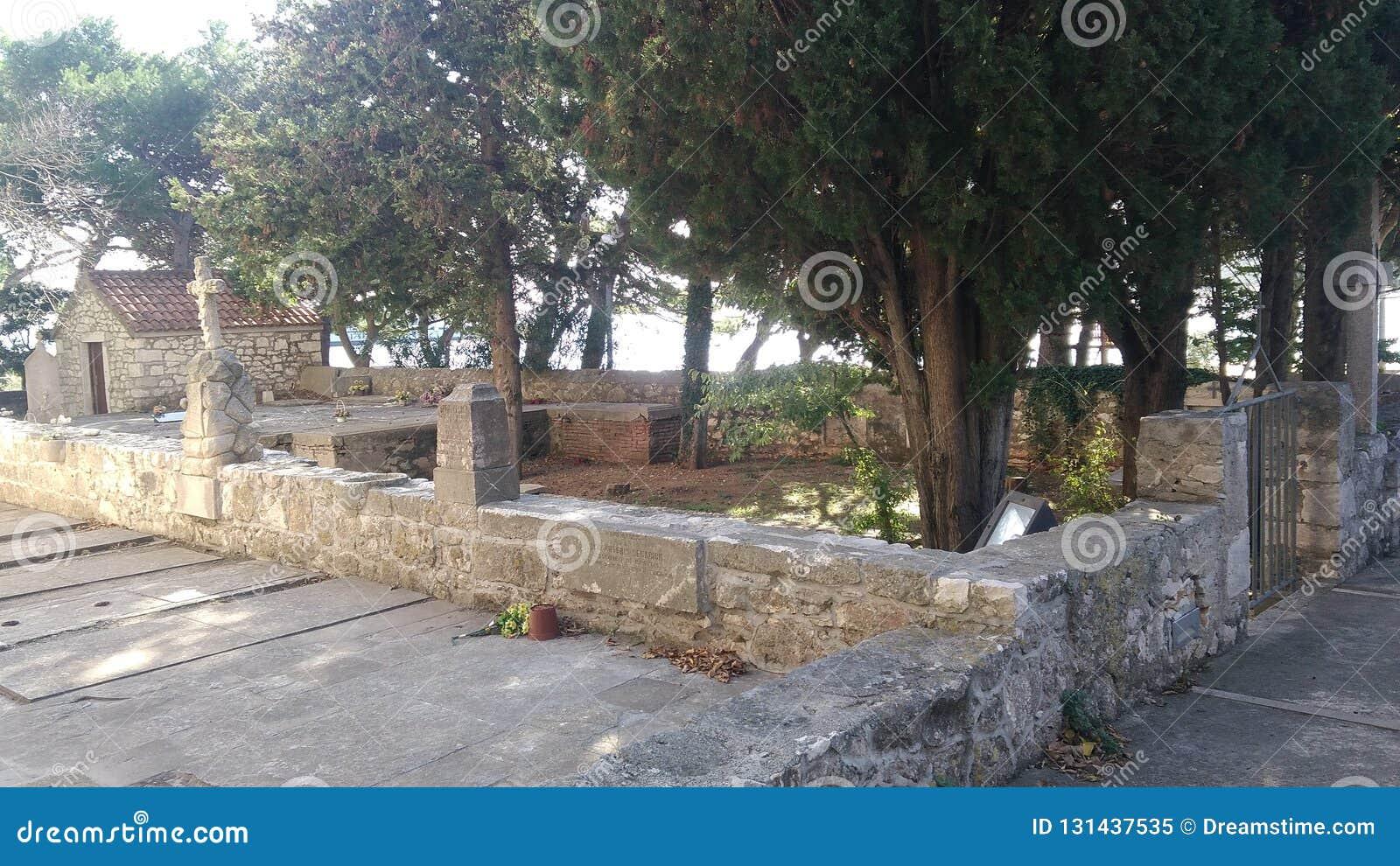Traditionell kyrkogård på den isolerade ön