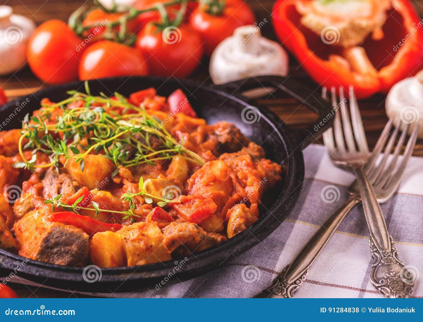 Traditionell närbild för gulaschsoppa på trätabellen ingredienser