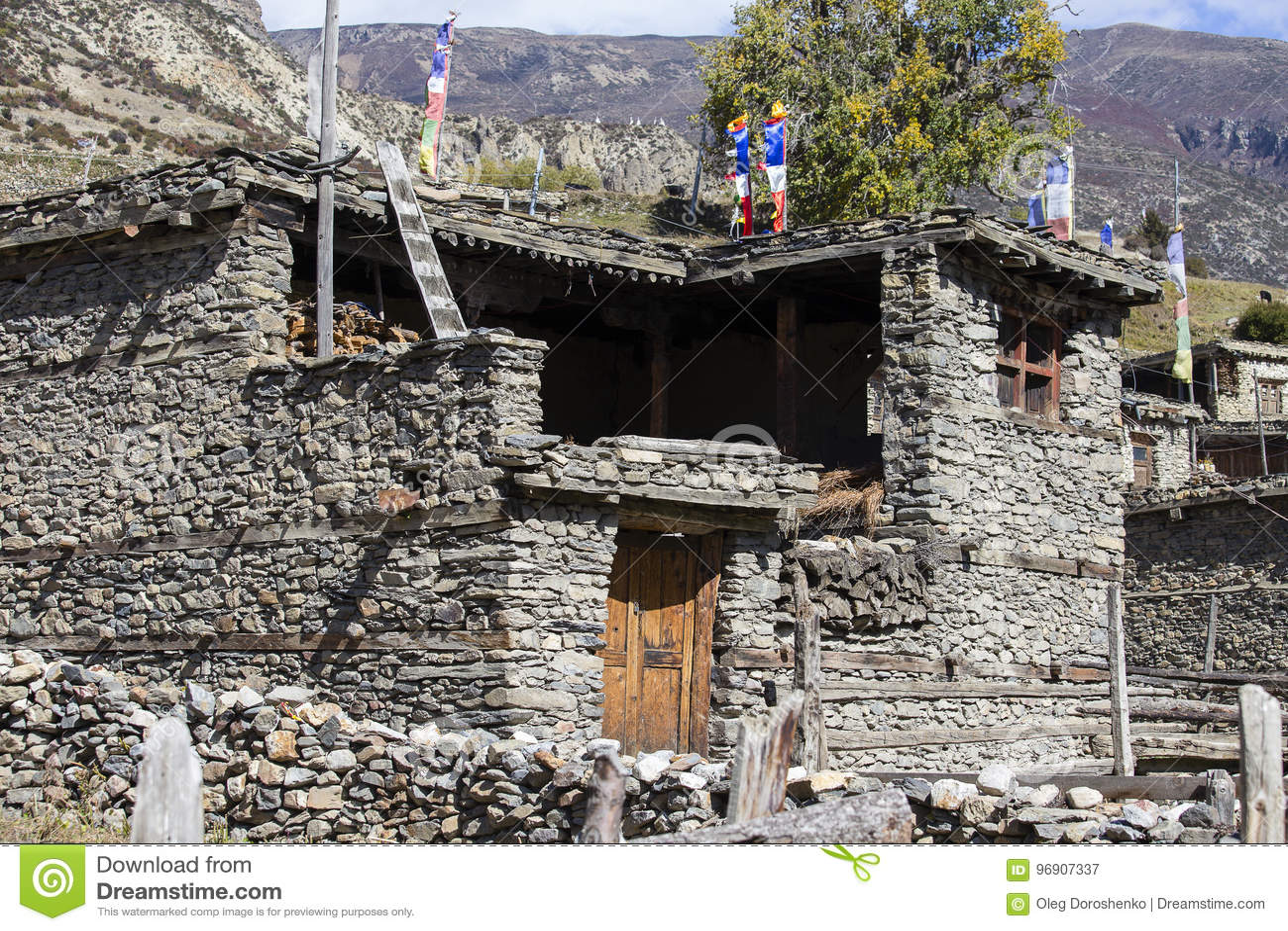 Traditionell stenbyggandeby av Manang Berg i bakgrunden Annapurna område, Himalaya, Nepal