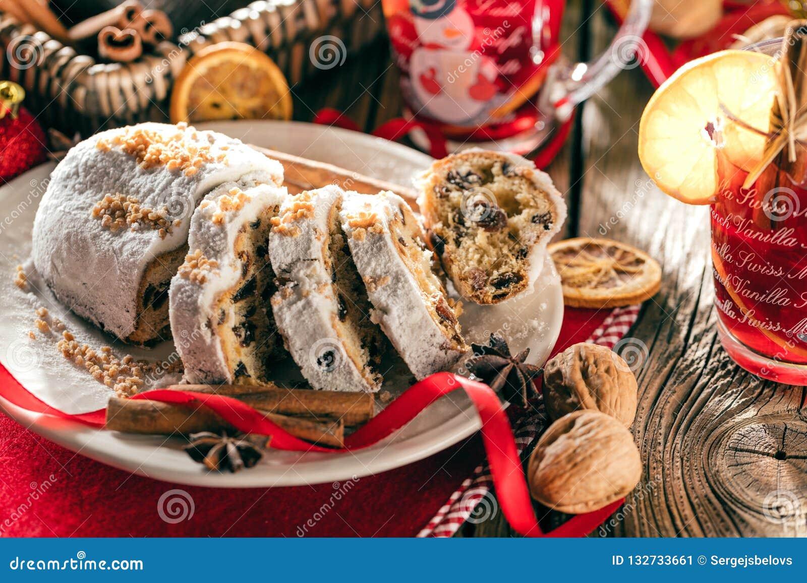 Traditionell tysk jultårta - Cranberry Stollen, julgran, prydnadar och stearinljus