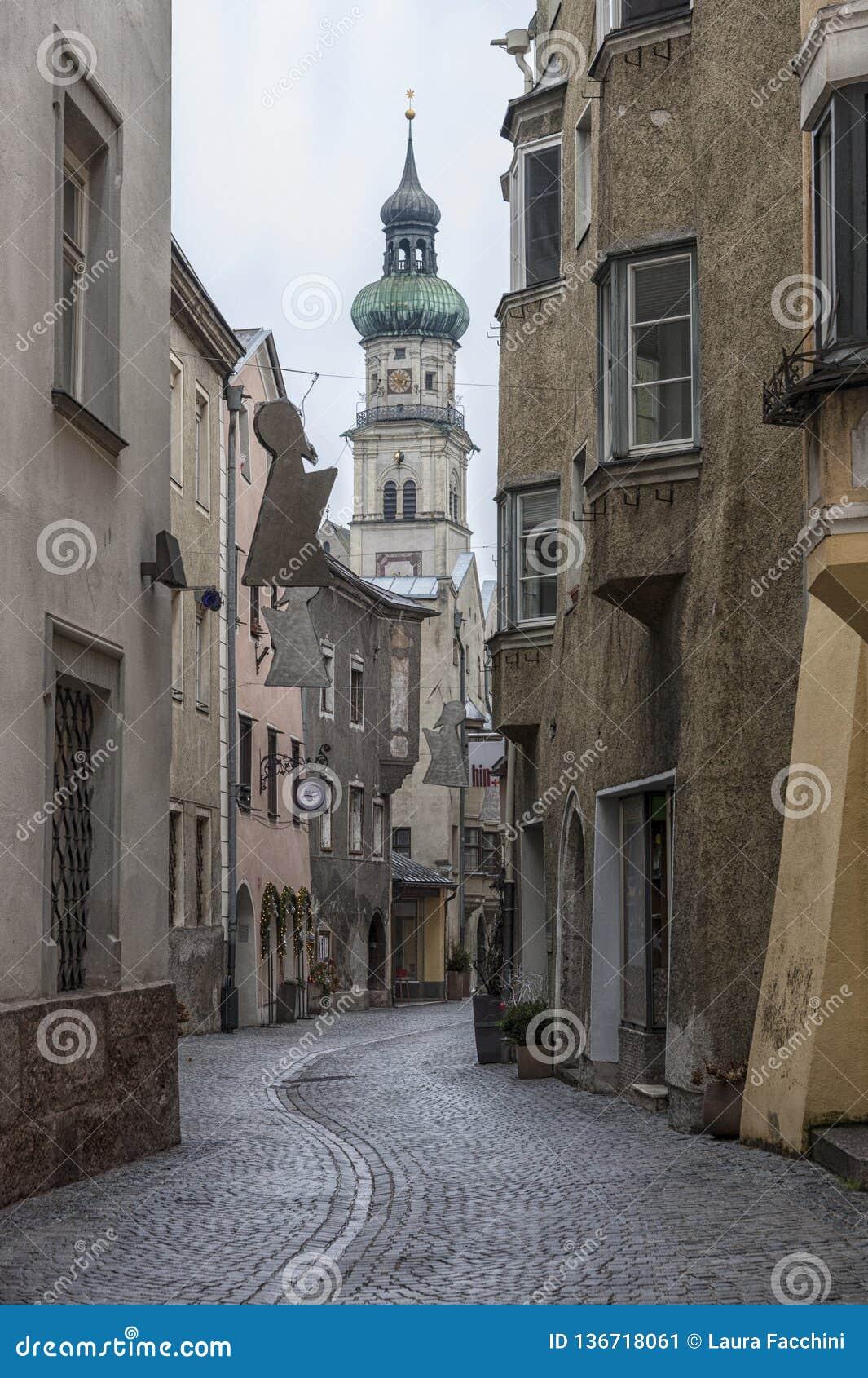 Traditionella byggnader och färgrika fasader av hus i den medeltida staden av Hall i Tyrol, Österrike
