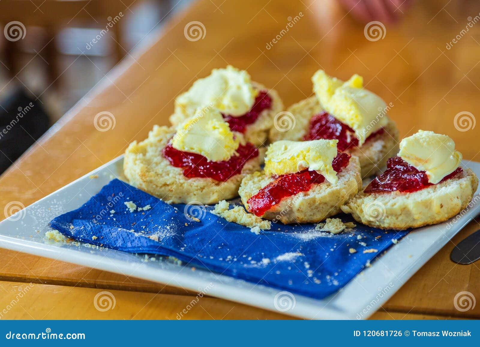 Traditionella cornish bakelser: sconeser med jordgubbedriftstopp