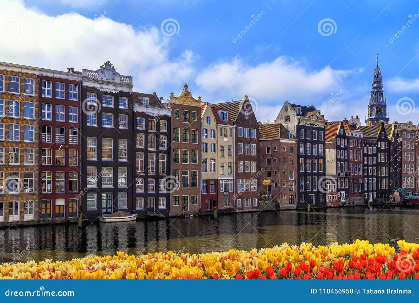 Traditionella gamla byggnader i Amsterdam