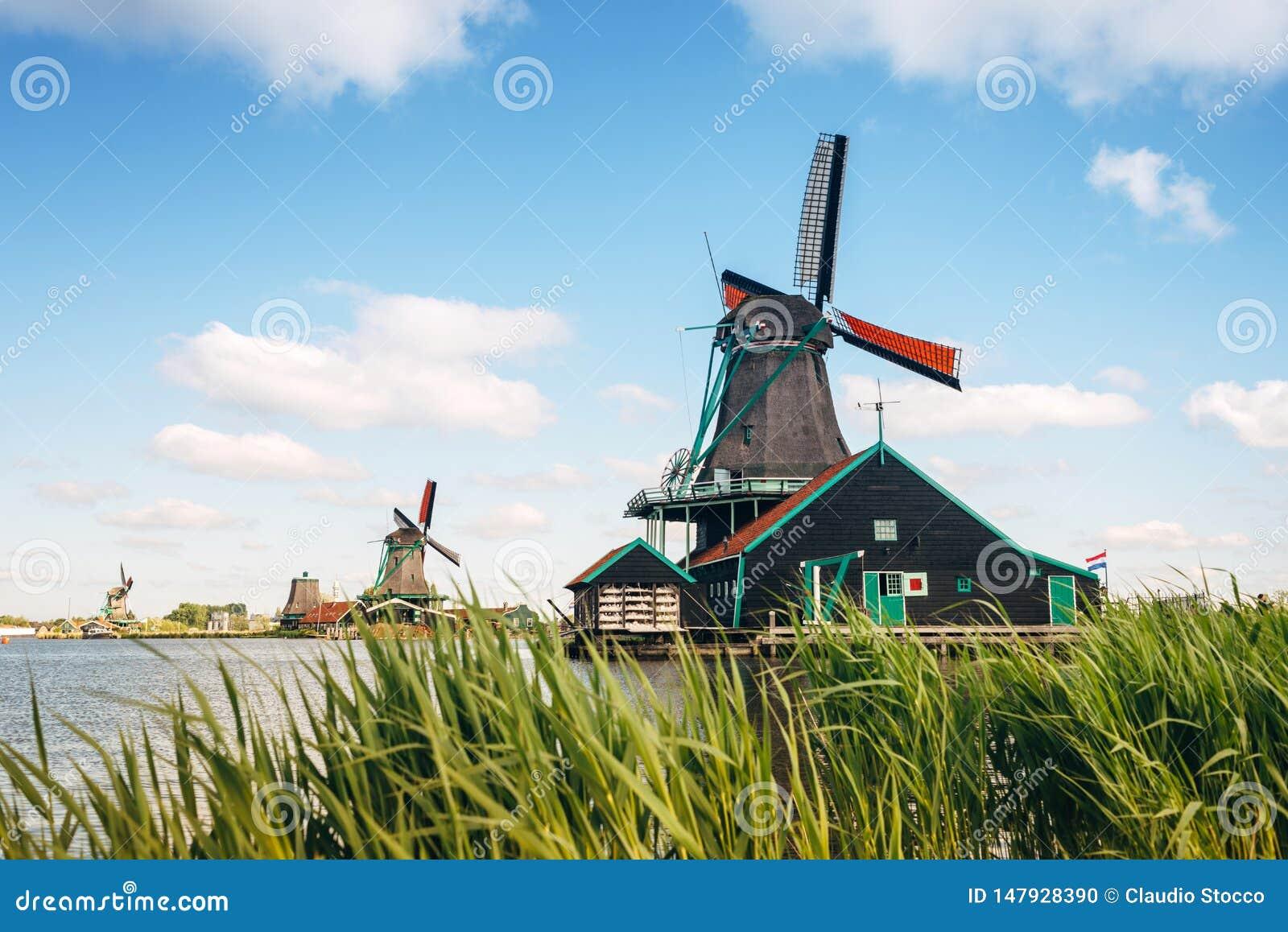 Traditionella holland väderkvarnar på bakgrund för blå himmel, Kinderdijk