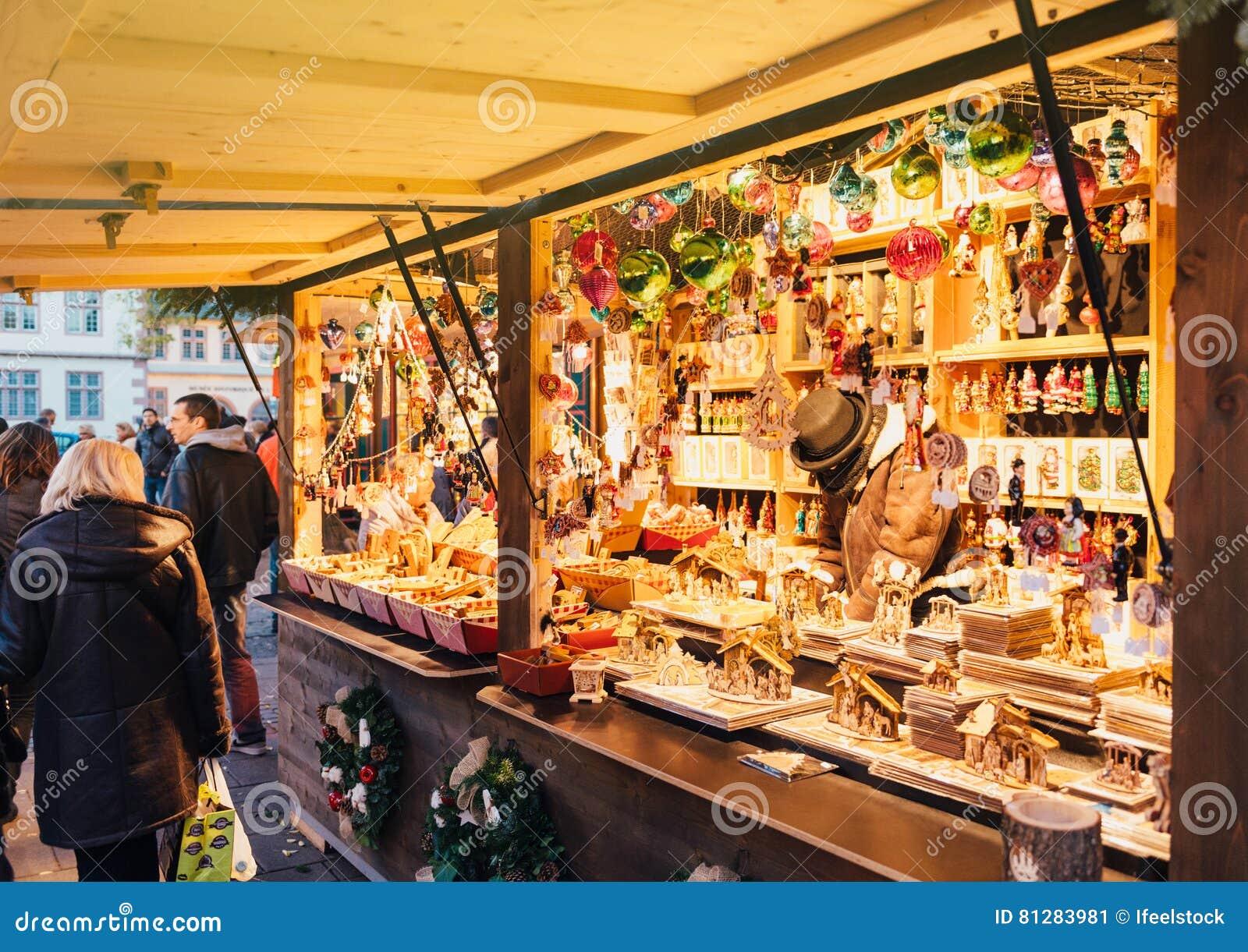 Traditionella leksaker för shopping för affär för hantverkarejulmarknad