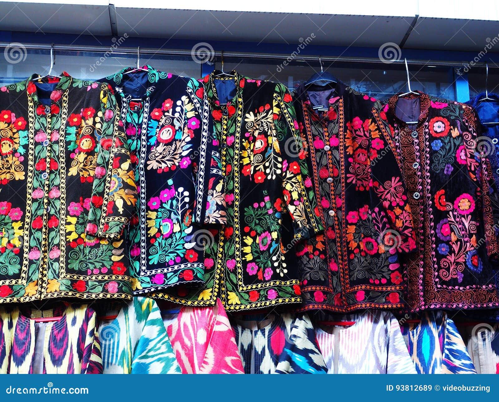 Traditionelle gestickte Jacken von Usbekistan Voll von den warmen Farben