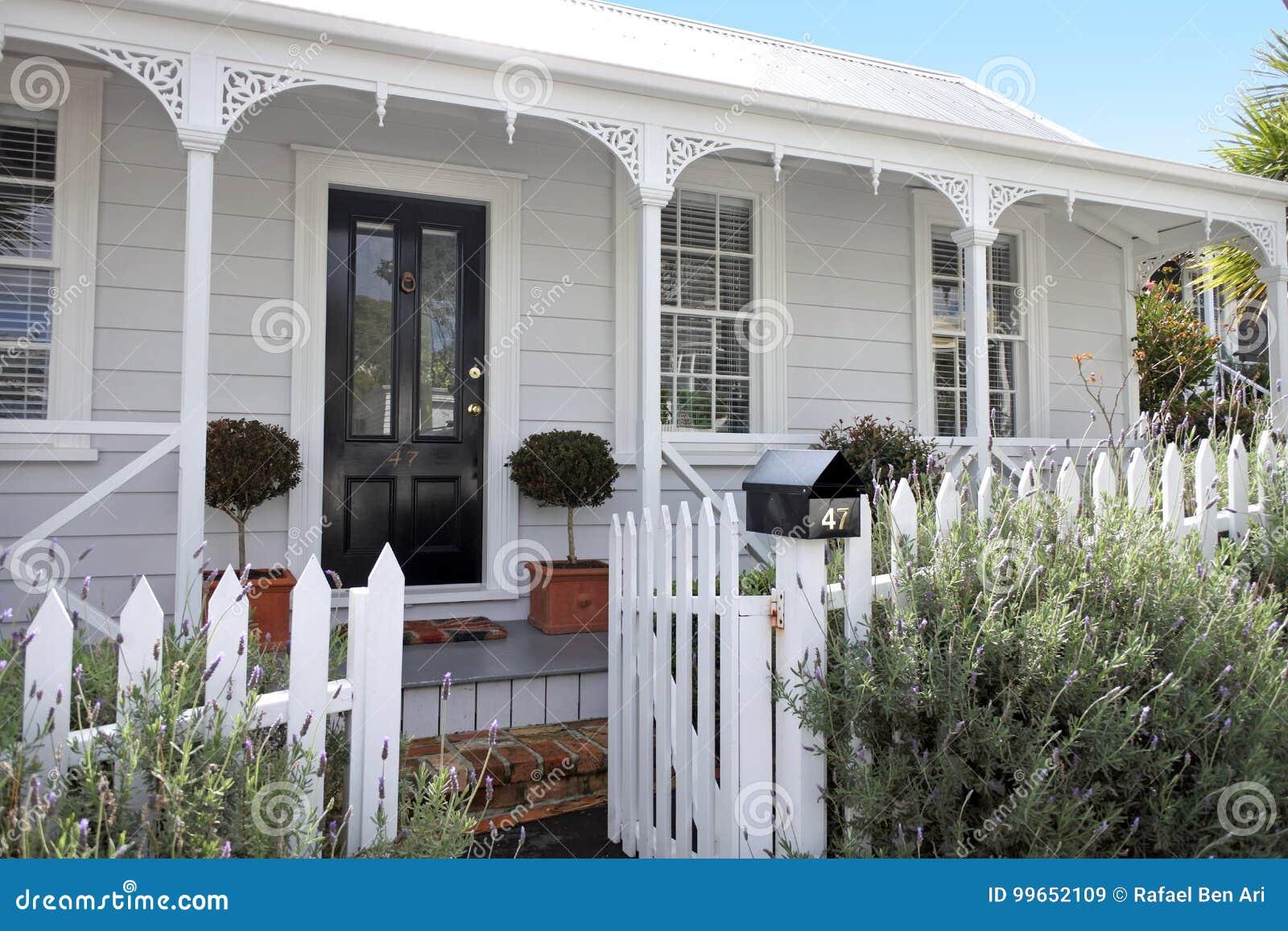 Immobilien In Neuseeland traditionelle häuser konfrontieren im vorort in auckland neuseeland