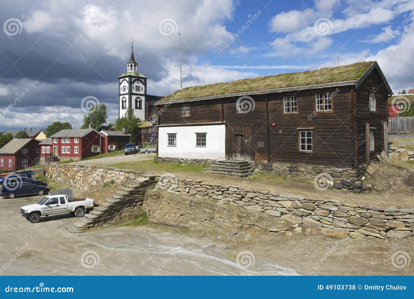 Traditionelle Häuser Und Kirchenglocketurm Der Kupferminestadt Von ...