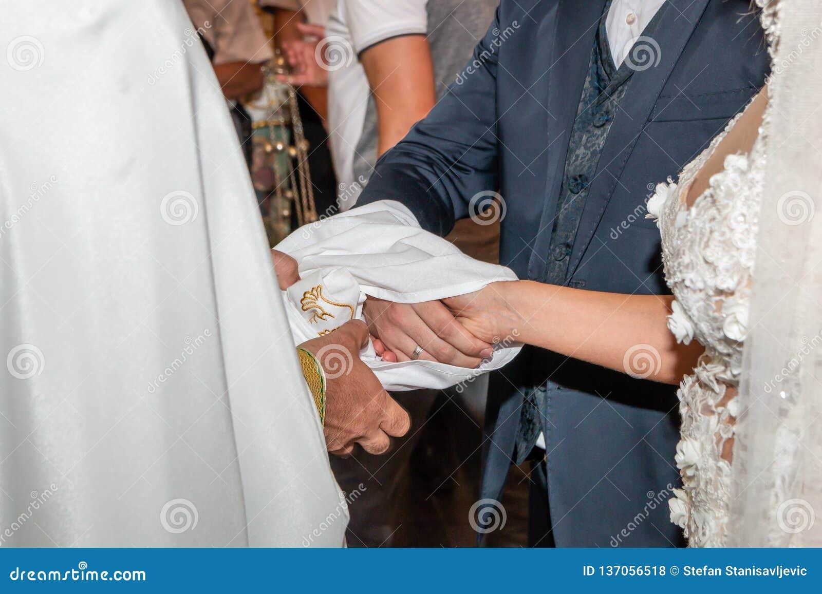Traditionelle Hochzeit, die in der Kirche handfasting ist