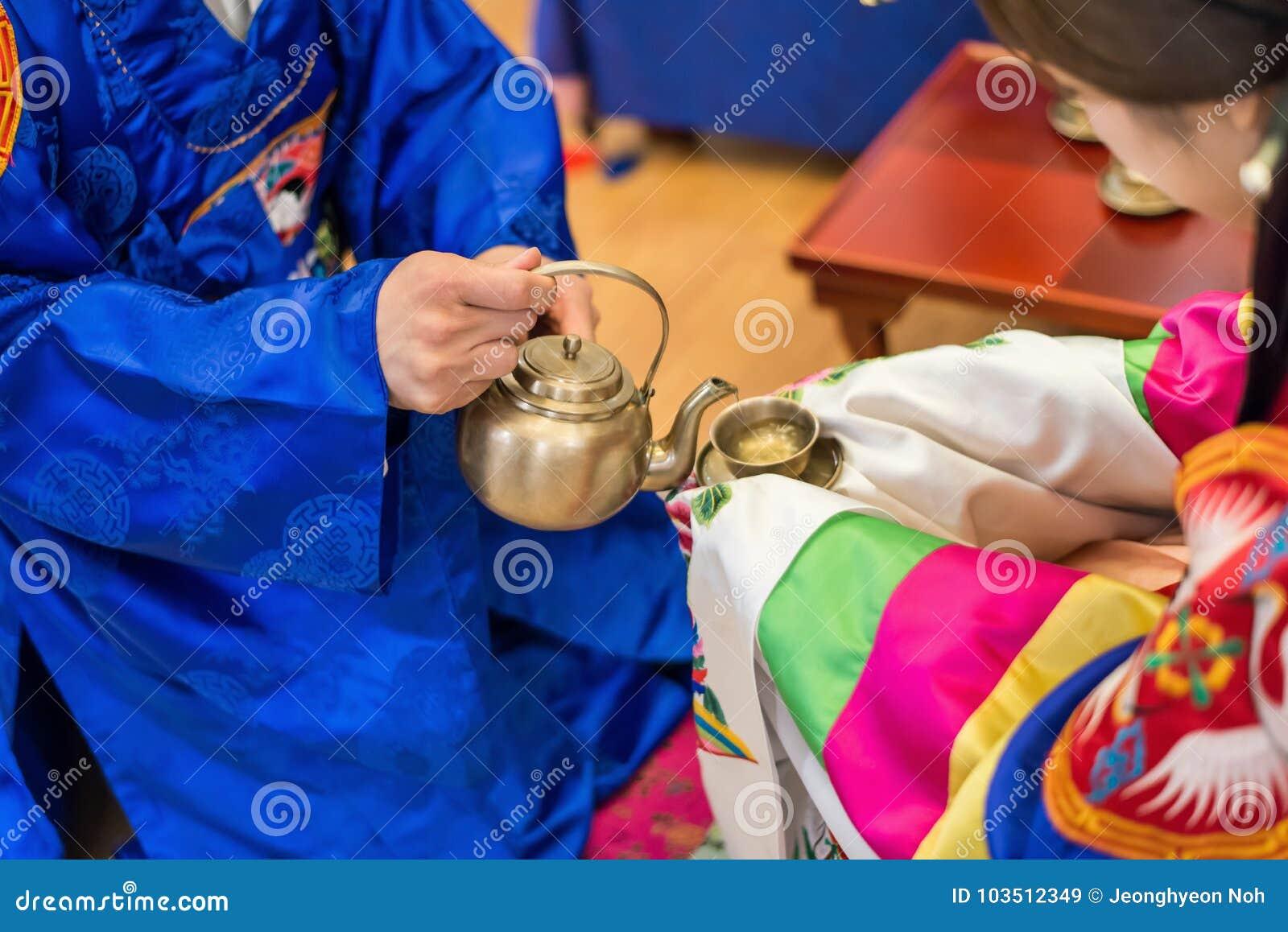 Traditionelle Hochzeit in Korea Hände des Bräutigams