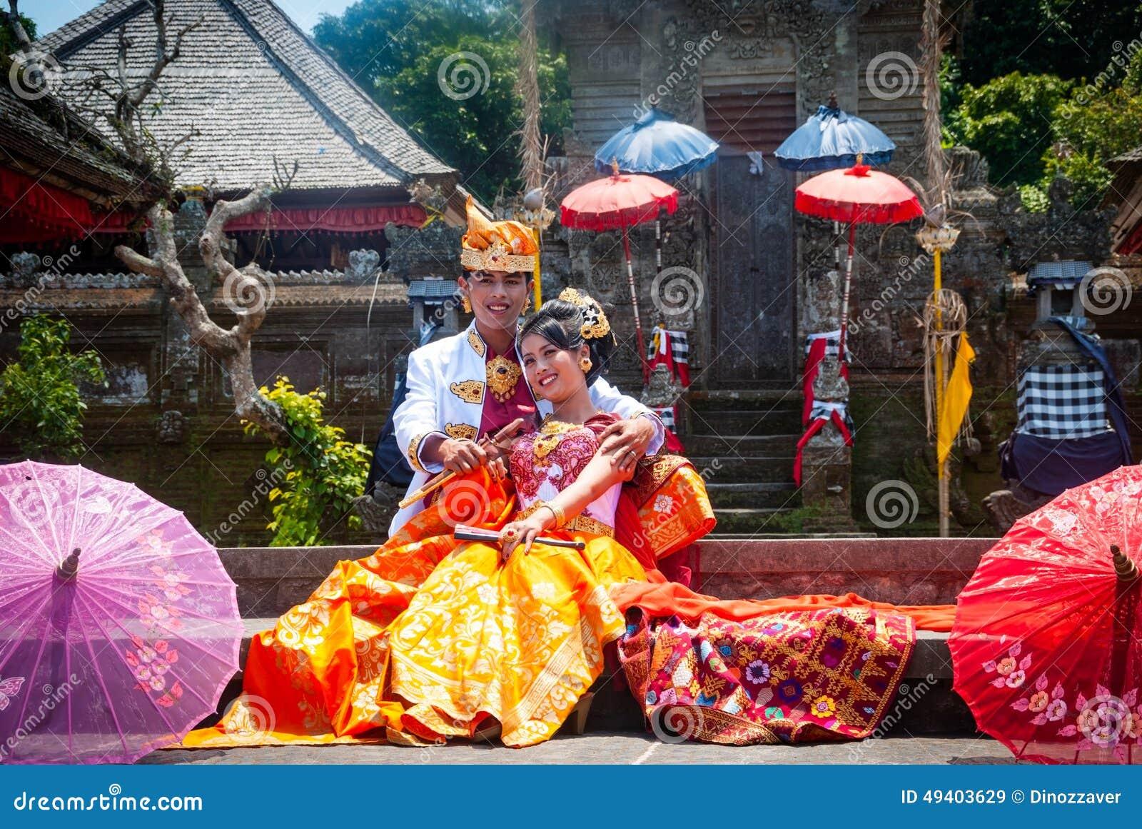 Download Traditionelle Indonesische Hochzeit, Gerade Verheiratetes Paar Redaktionelles Stockbild - Bild von braut, rituell: 49403629