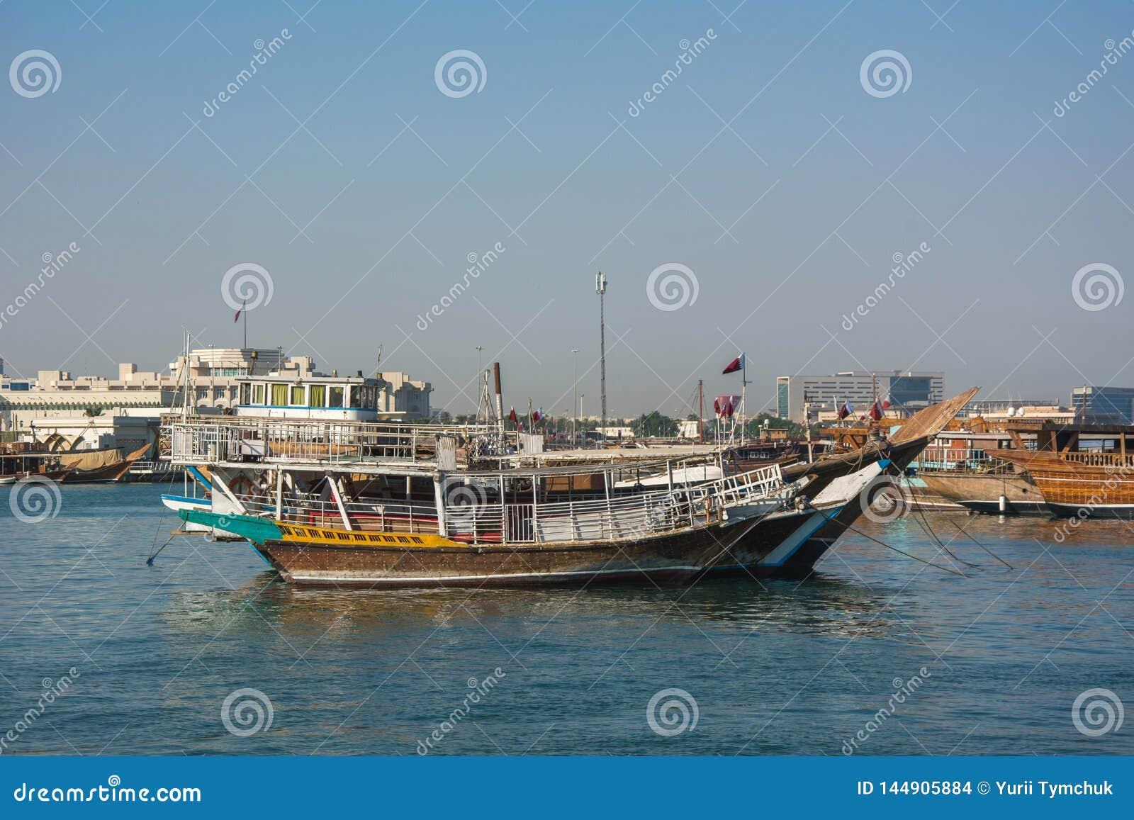 Traditionelle jalibut Dhowboote im arabischen Golf für Fischen und Tourismus, Doha, Katar