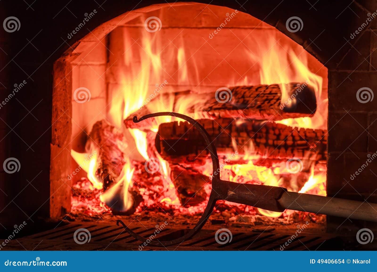 Download Traditionelle Küchenausrüstung Mit Hölzernem Ofen Stockfoto - Bild von kamin, backen: 49406654