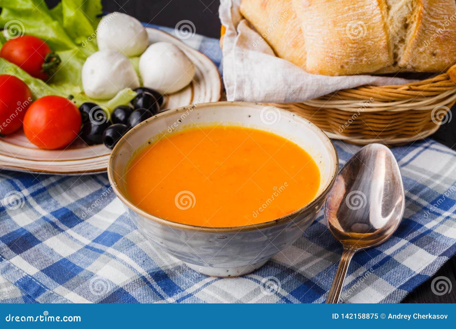 Traditionelle Kürbissuppe, selbst gemacht mit Brot
