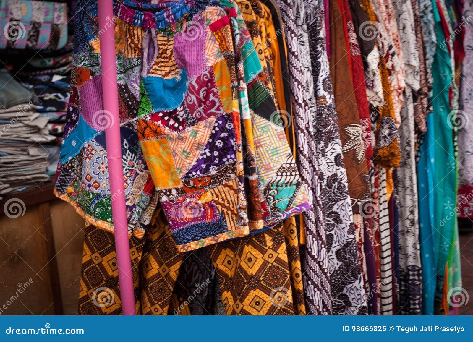 Traditionelle Kleidung des Batiks von Indonesien-Speicher in jogja malioboro