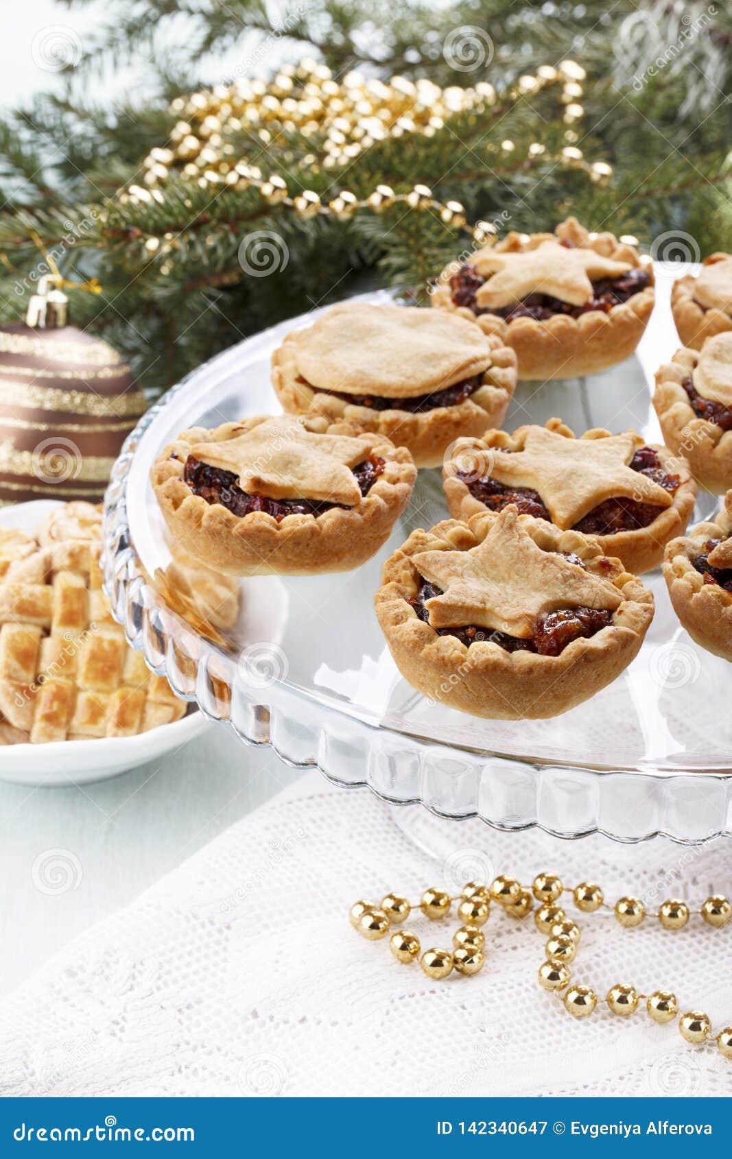 Traditionelle selbst gemachte Frucht zerkleinern Torten in der Weihnachtsdekoration