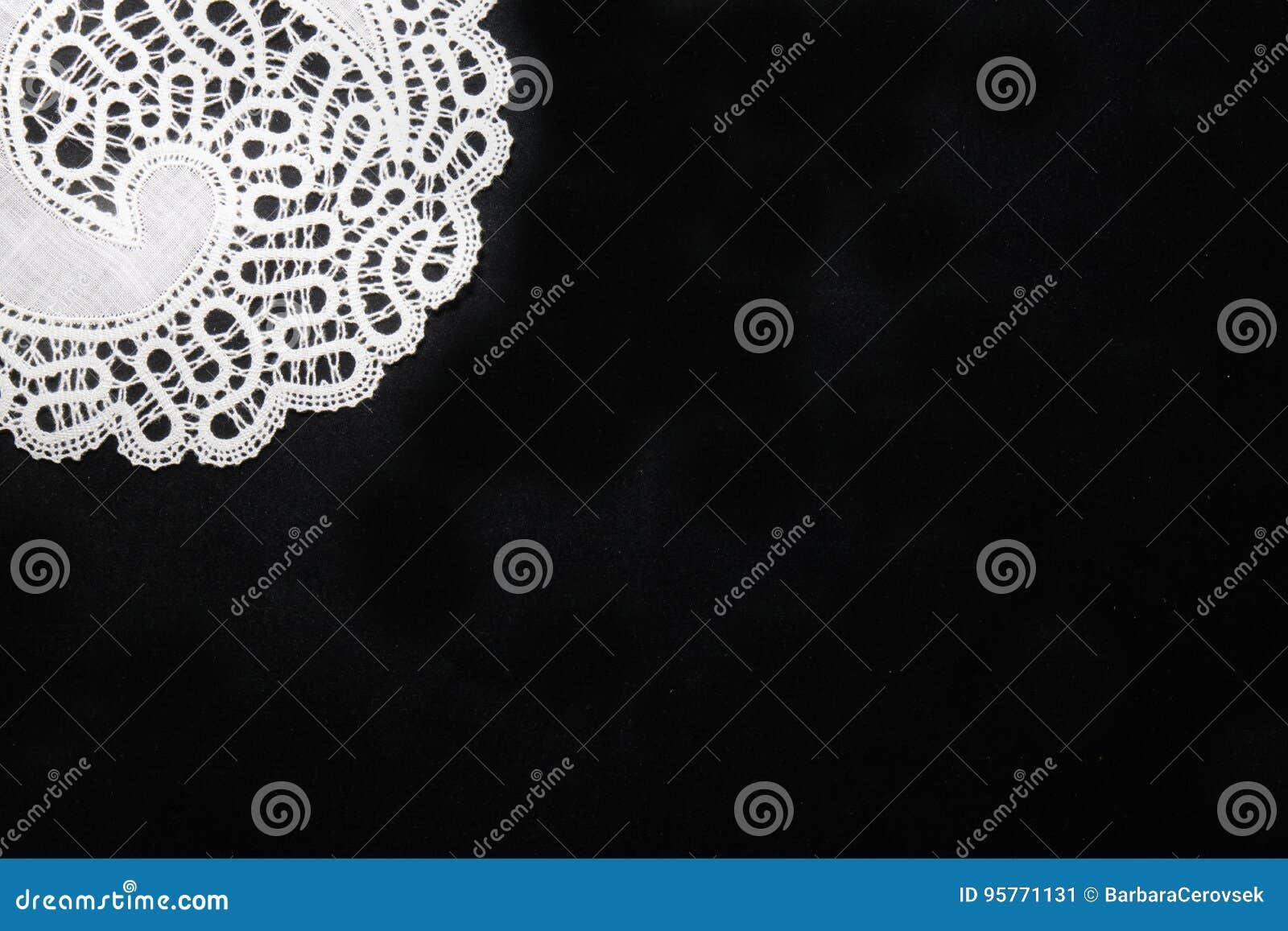 Traditionelle Spitze vom idrija in Slowenien auf schwarzem Hintergrund mit Kopienraum-Motivmuster mit Kopienraum